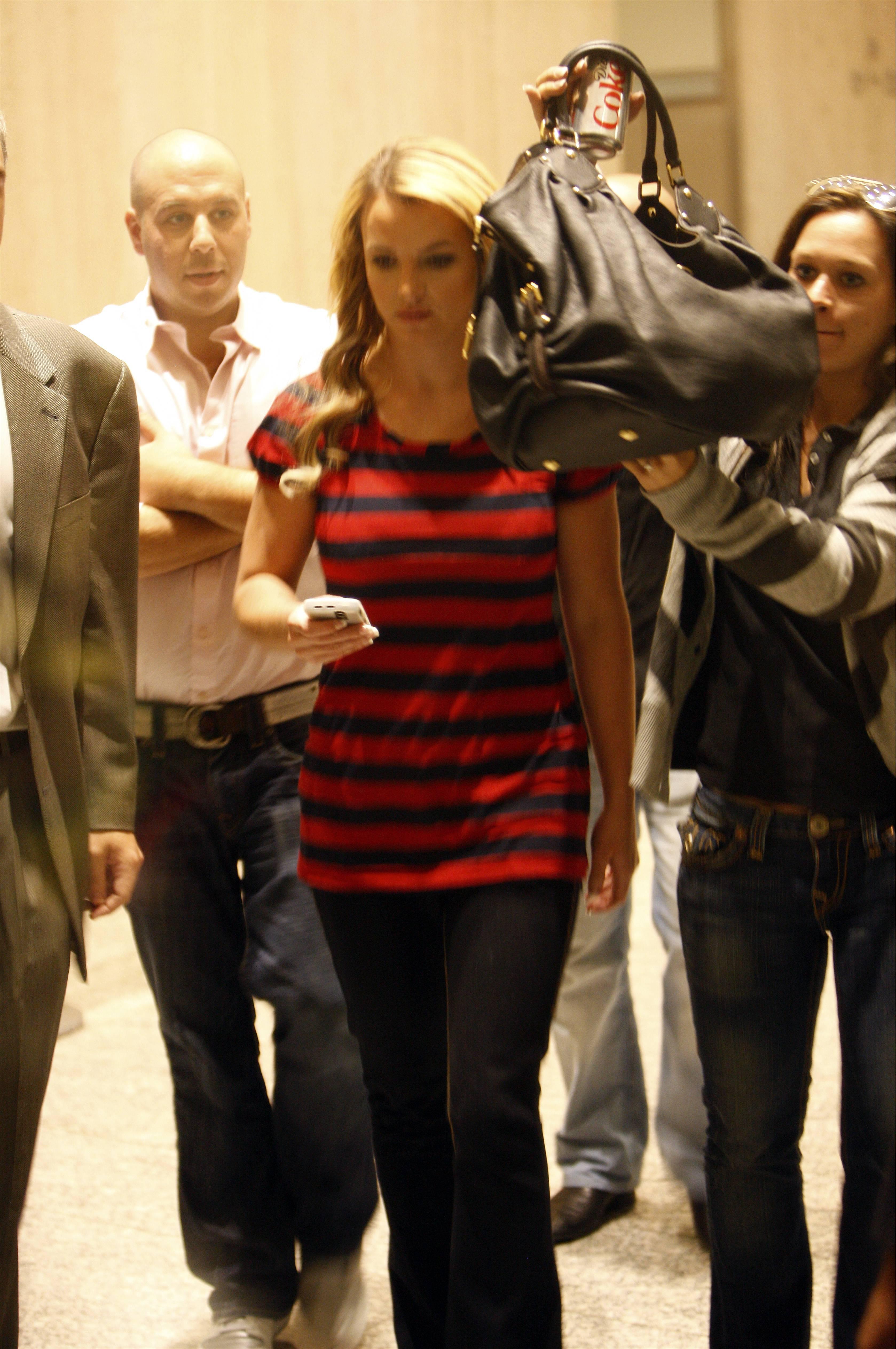 07286_Celebutopia-Britney_Spears_shopping_in_Soho-13_122_1093lo.jpg