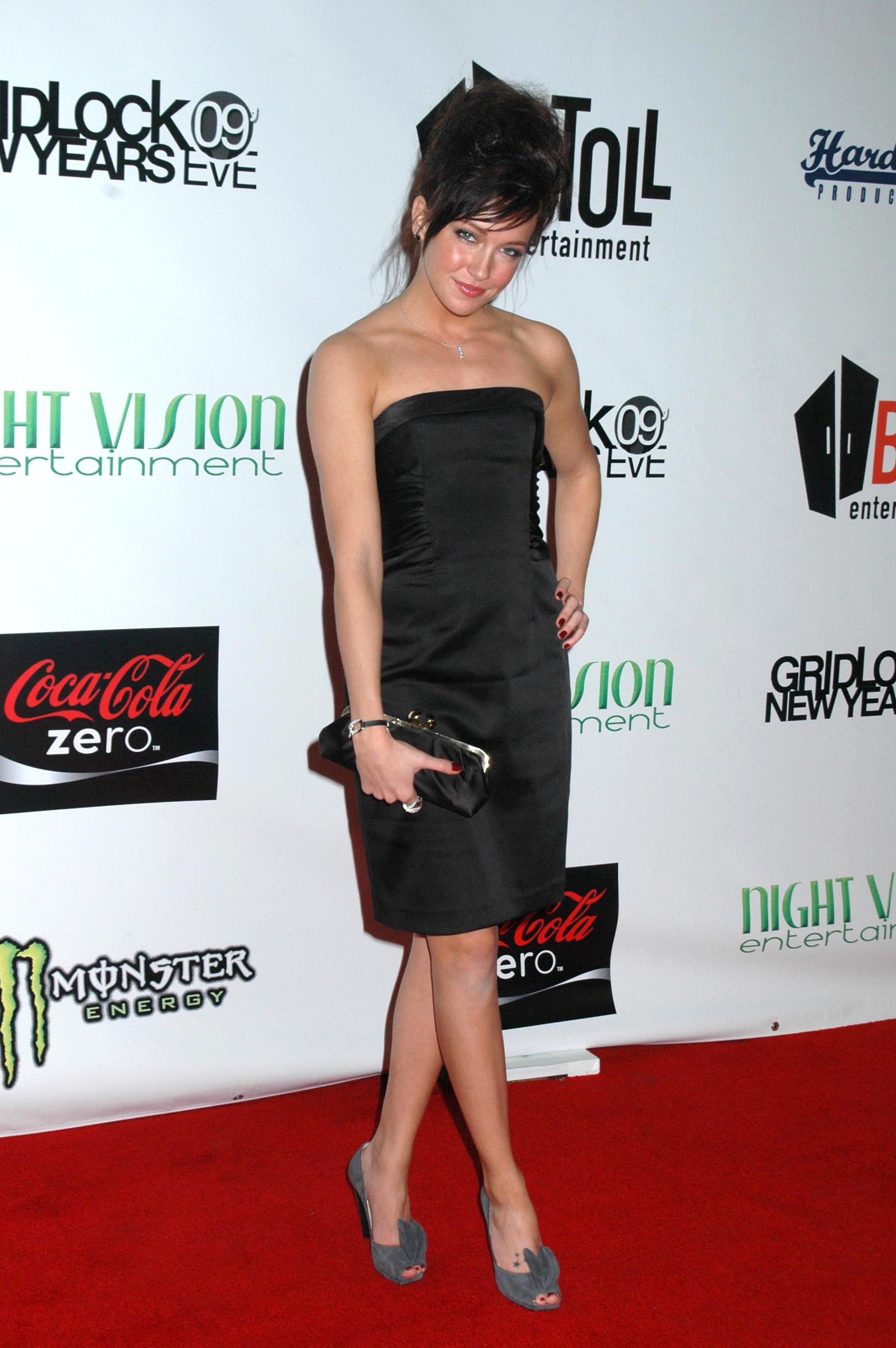 18889_katie-cassidy-new-years-eve_723_122_386lo.jpg