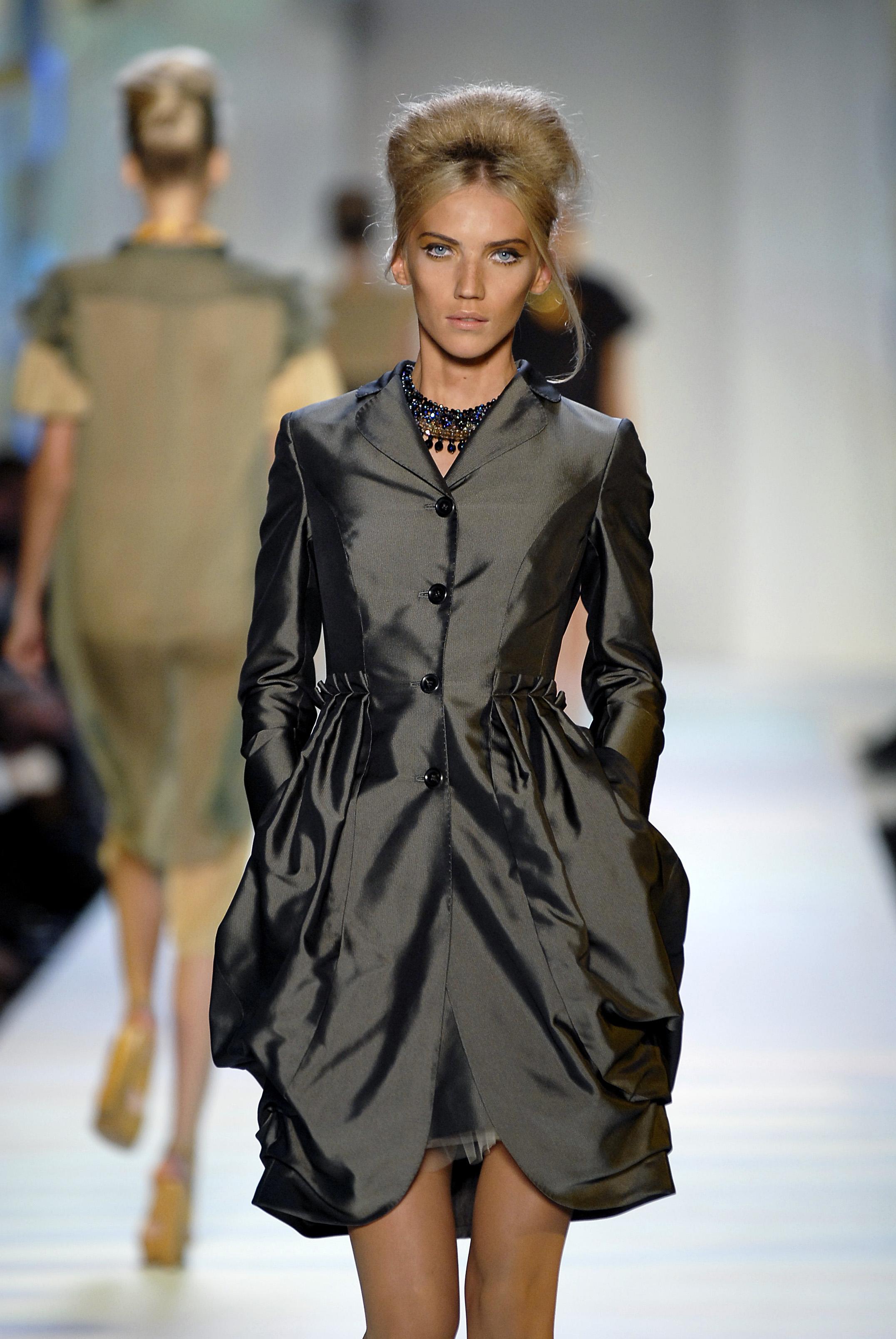 38857_celebrity_city_Moschino_Milan_Fashion_Show_26_123_410lo.jpg