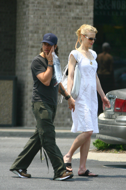 25791_Nicole_Kidman_and_Keith_Urban_buy_a_book_in_Nashville_04_368lo.jpg