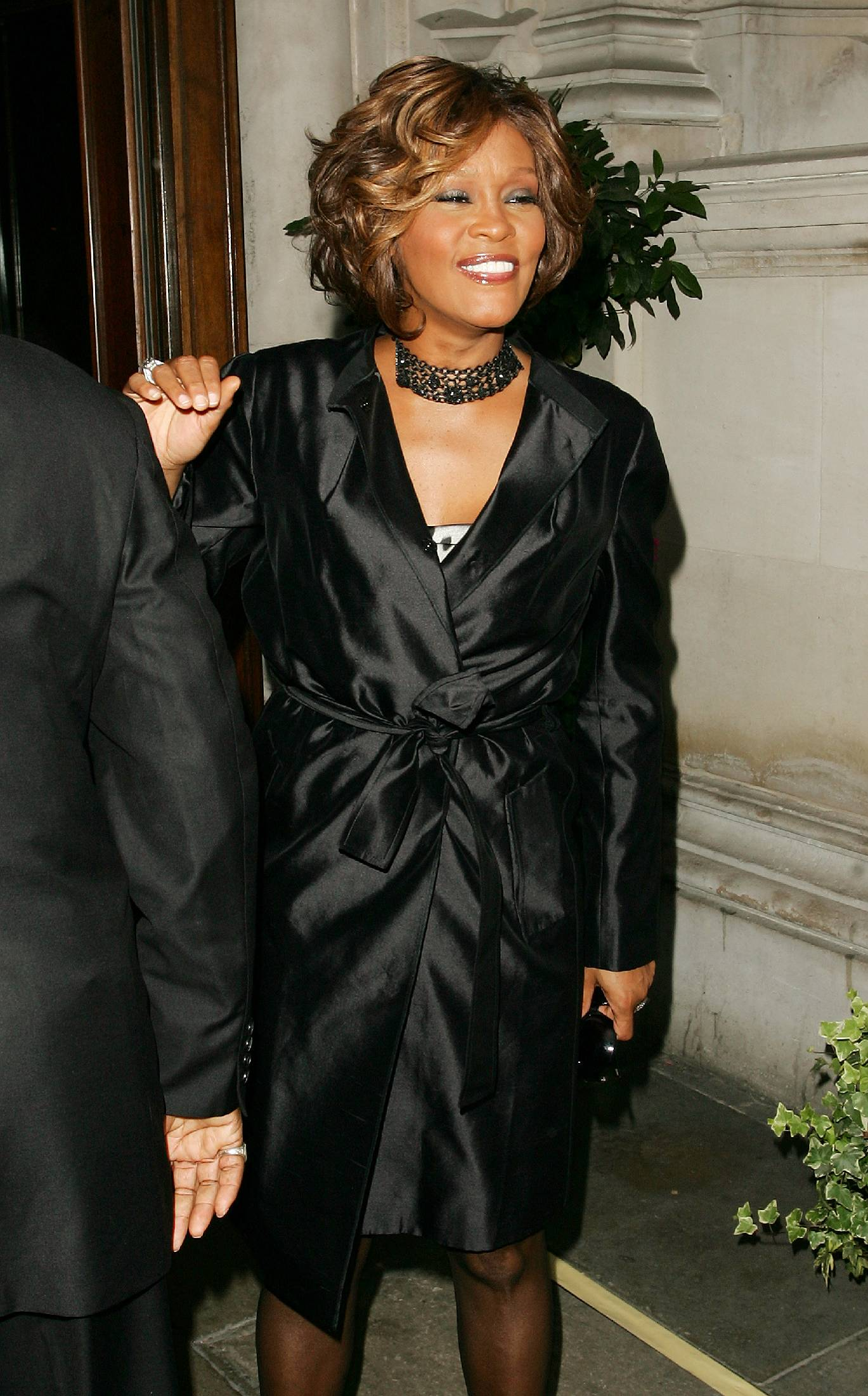 04758_celeb-city.org-The_Elder-Whitney_Houston_2009-07-14_-_arrives_at_a_London_hotel_771_122_501lo.jpg