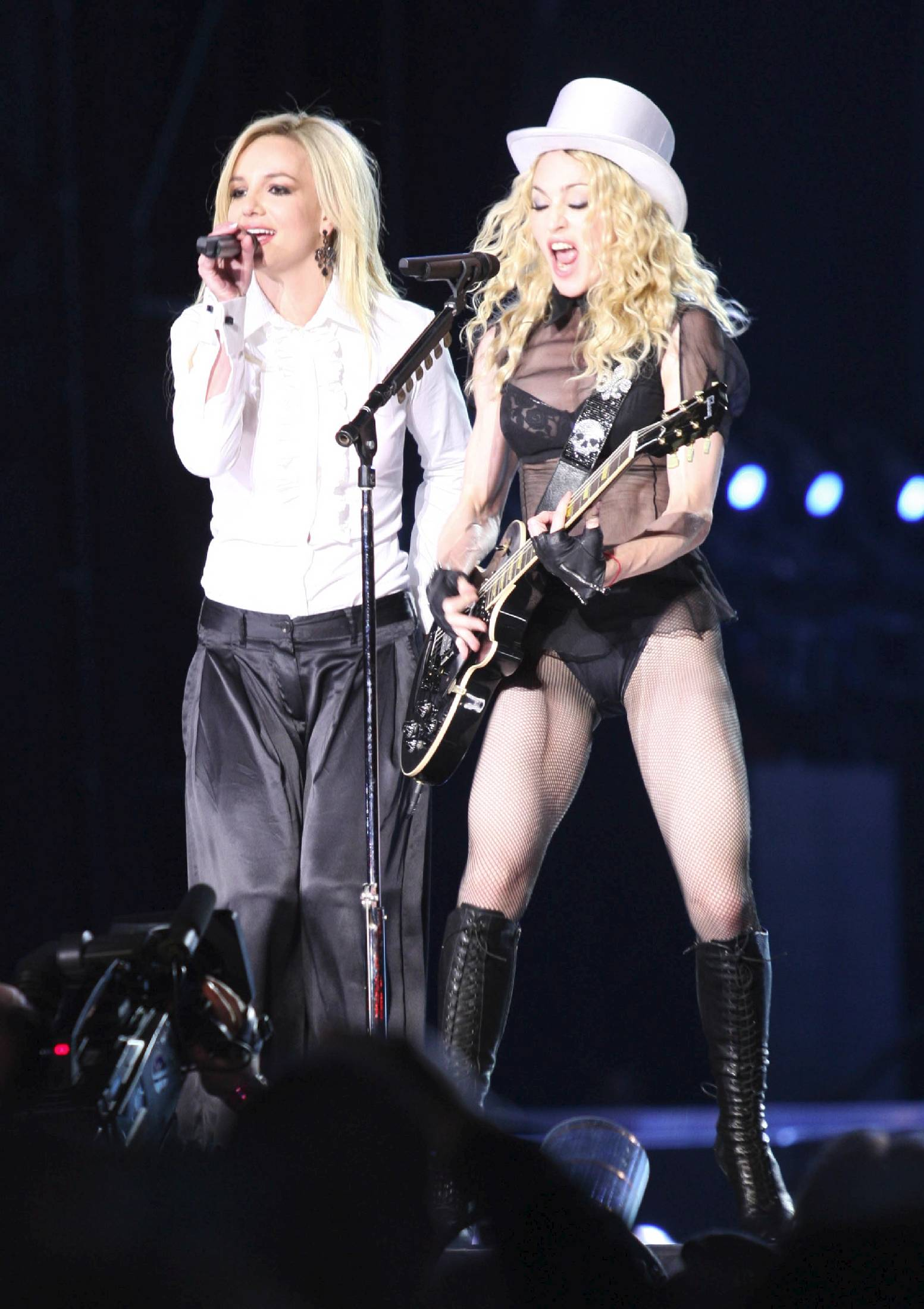 79656_Celebutopia-Madonna_and_Britney_Spears_perform_together_during_Madonna55s_Sticky_and_Sweet_tour_in_Los_Angeles-09_122_640lo.jpg