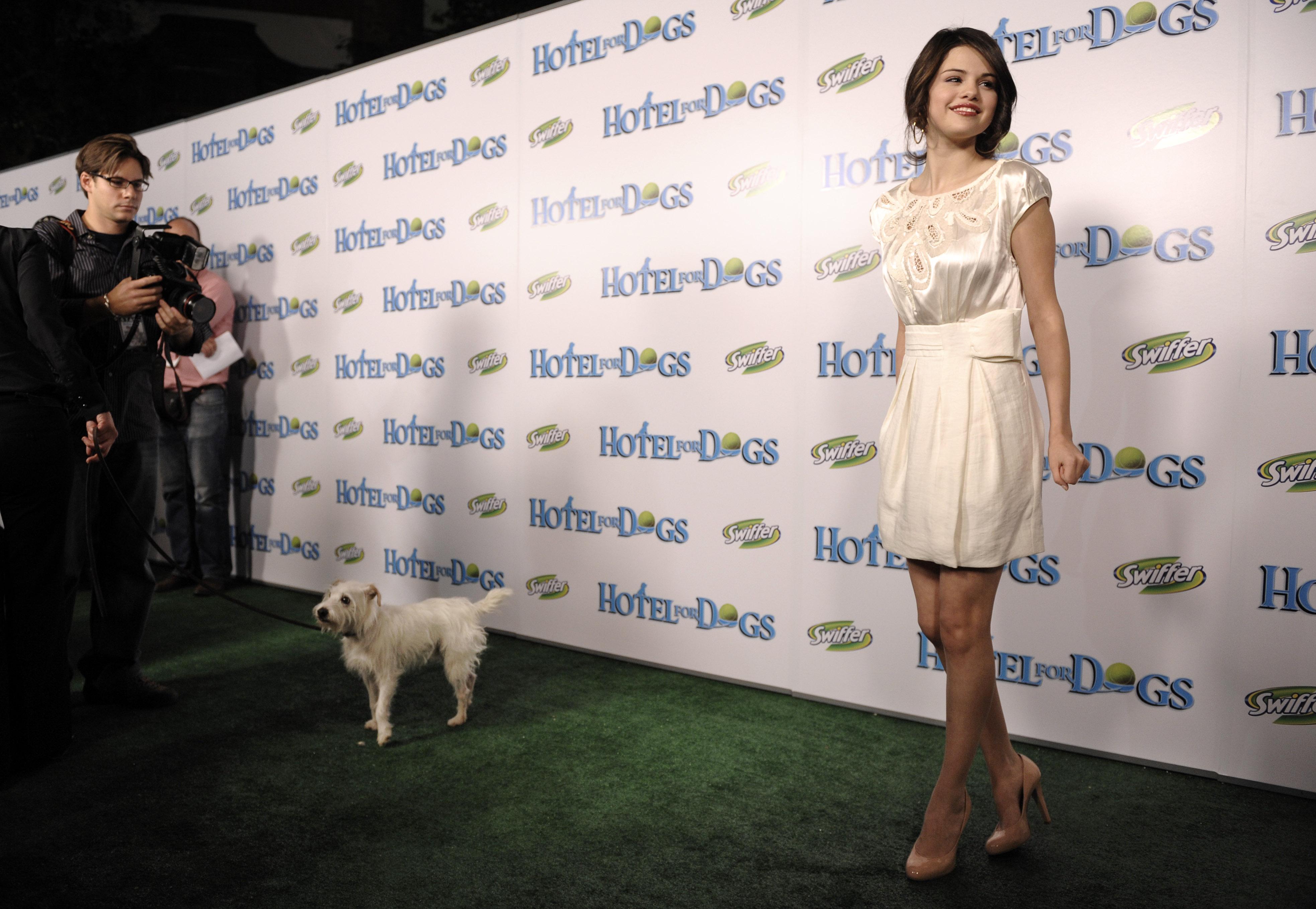 89247_Celebutopia-Selena_Gomez-Hotel_for_Dogs_premiere_in_Los_Angeles-01_122_721lo.jpg