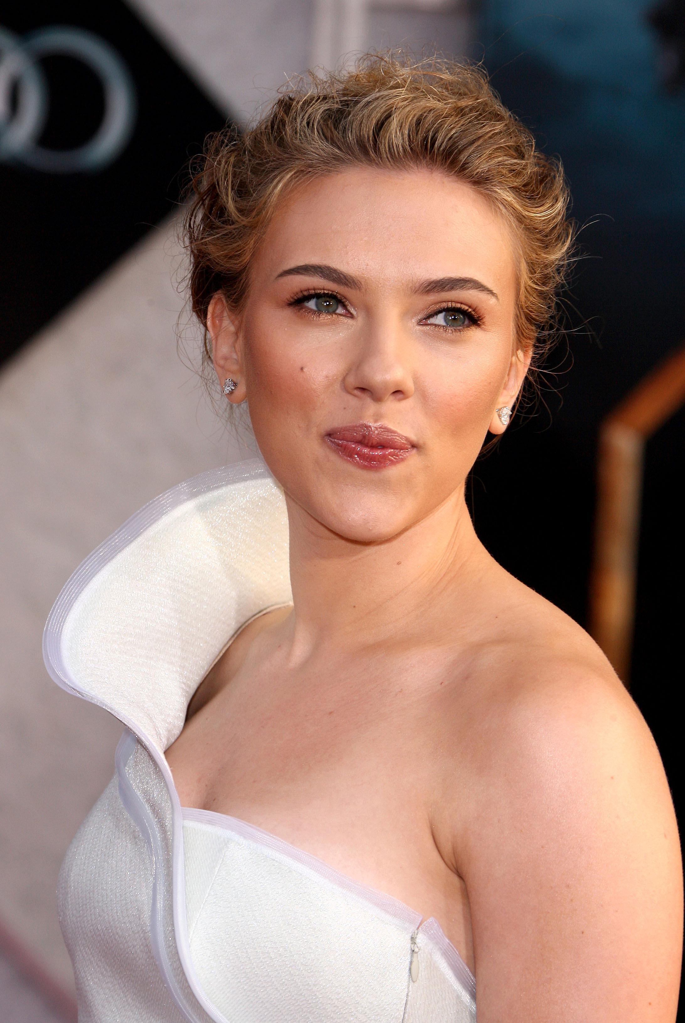 50684_celebrity_paradise.com_Scarlett_Johansson_Iron_Man_2_World_Premiere_in_Hollywood_26.04.2010_09_122_786lo.jpg