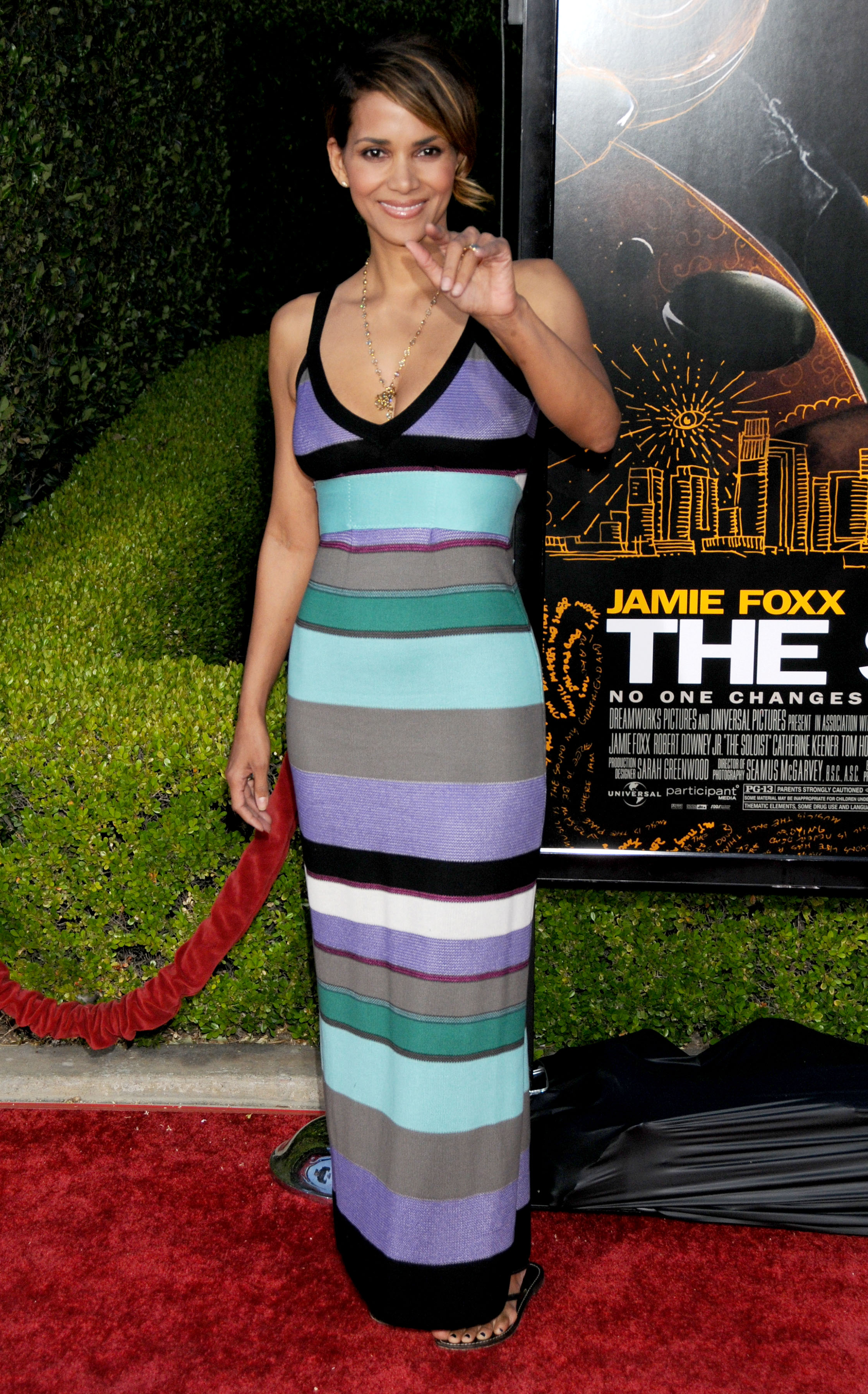 68370_Halle_Berry_The_Soloist_premiere_in_Los_Angeles_35_122_95lo.jpg
