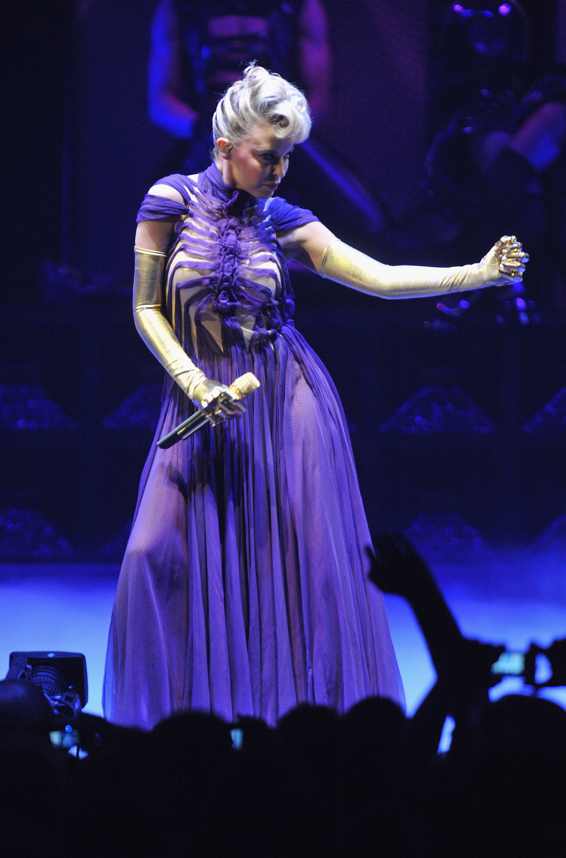 17140_Kylie_Minogue_KylieX2008_Performance_050608_027_122_1053lo.jpg