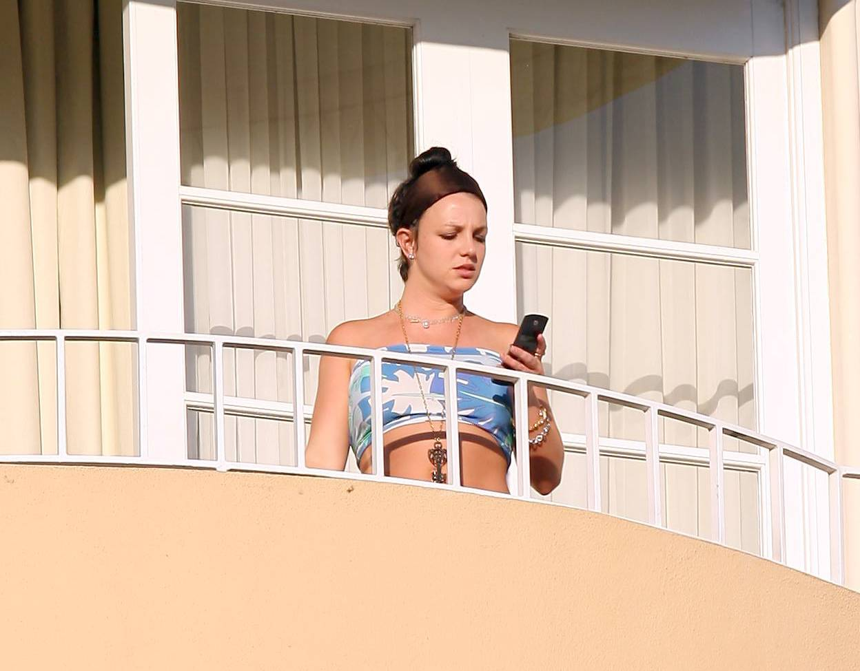 53187_celeb-city.eu_Britney_Spears_at_hotel_in_Beverly_Hills_08_123_1173lo.jpg
