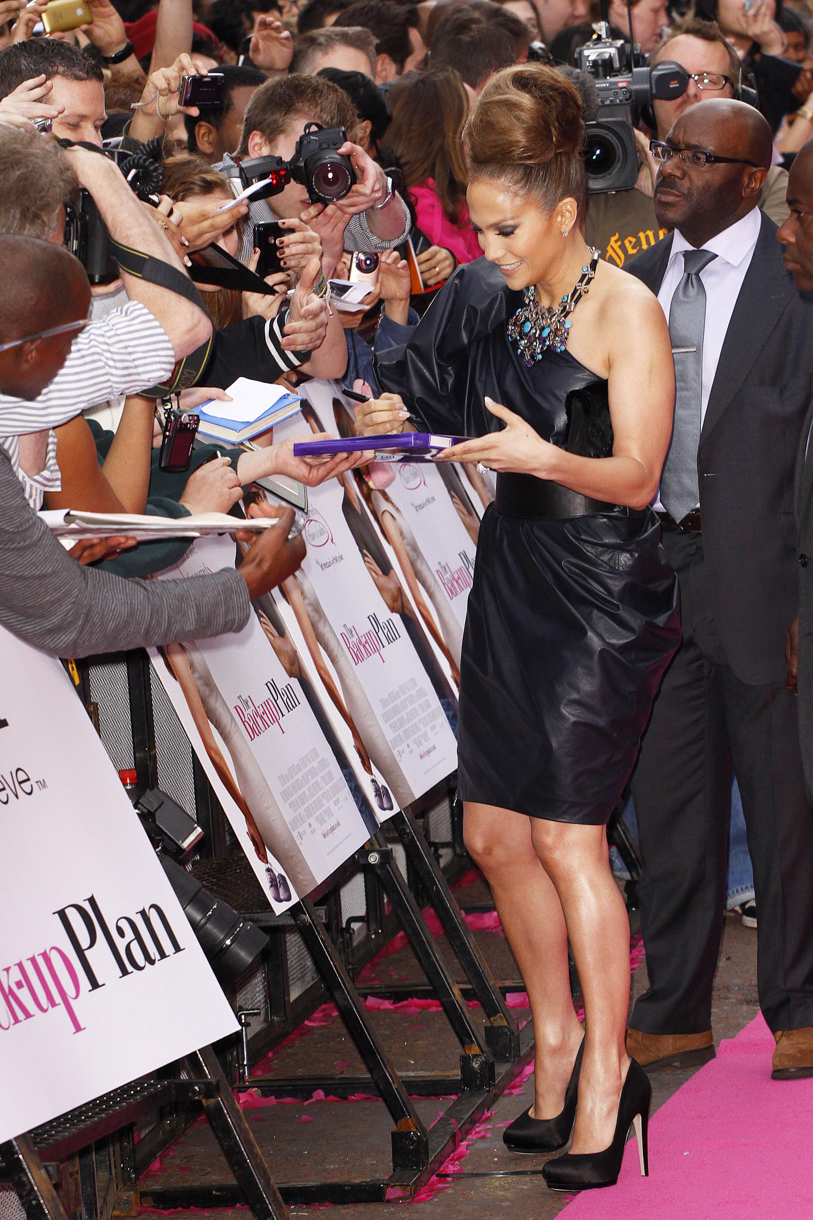 50744_celebrity_paradise.com_TheElder_JenniferLopez2010_04_28_TheBack_UpPlanUKPremiere188_122_592lo.jpg