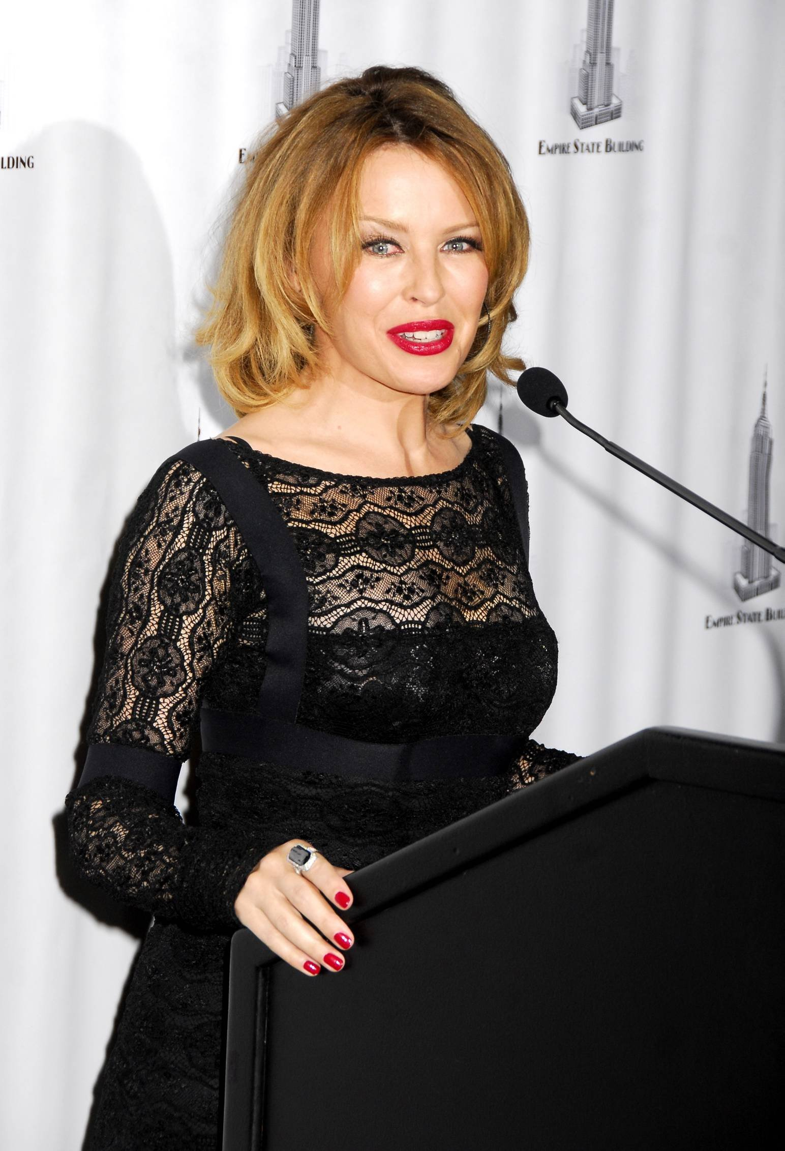 25793_Celebutopia-Kylie_Minogue_lights_The_Empire_State_Building-11_122_620lo.jpg