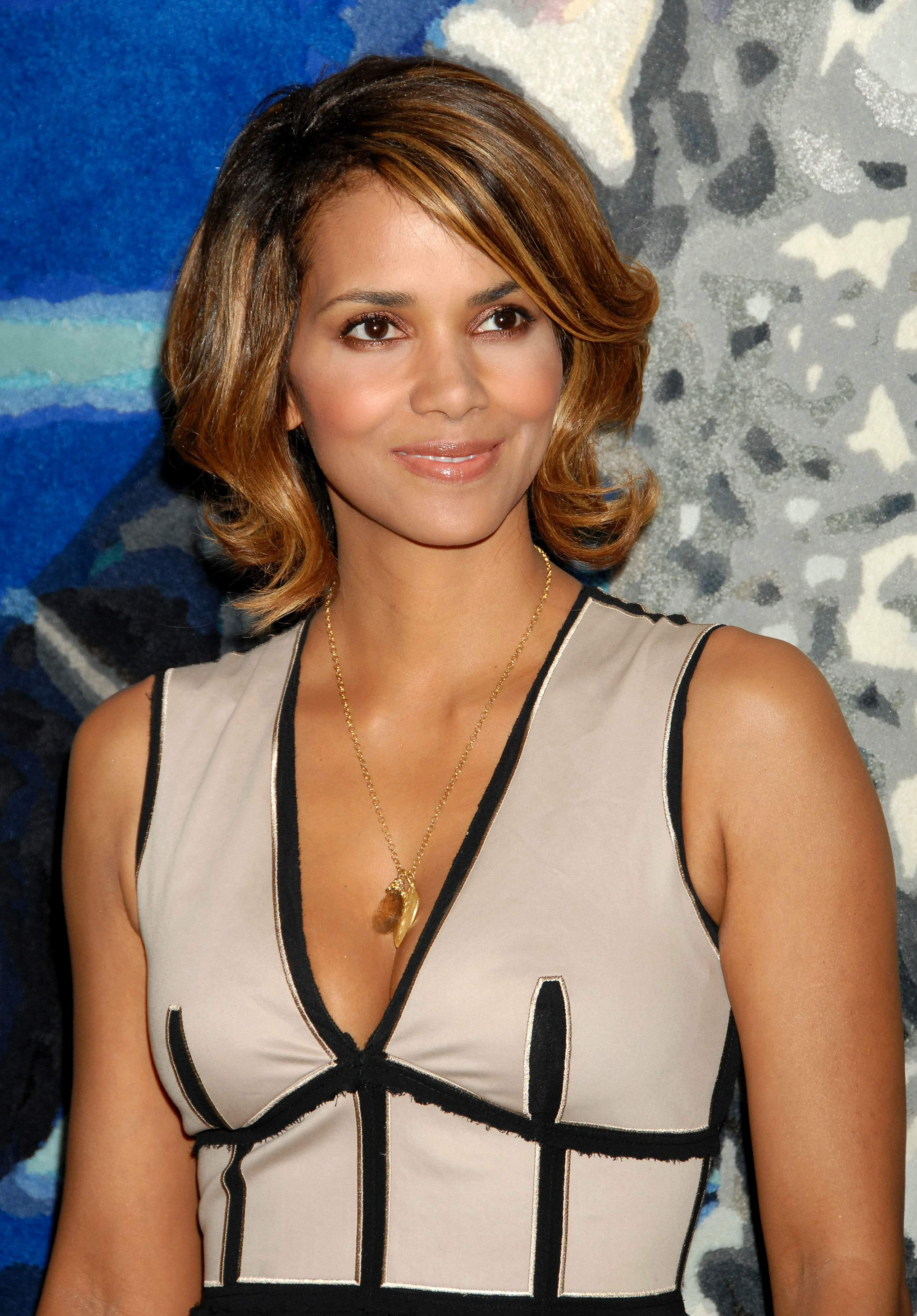 62923_Halle_Berry_2009_Jenesse_Silver_Rose_Gala_Auction_in_Beverly_Hills_48_122_733lo.jpg