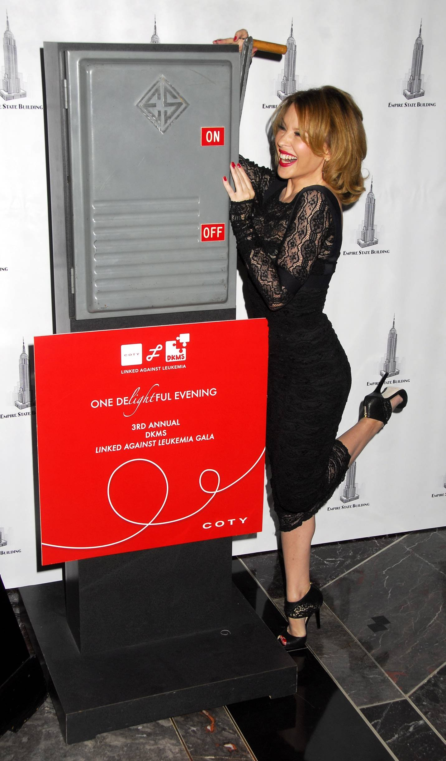 28871_Celebutopia-Kylie_Minogue_lights_The_Empire_State_Building-04_122_802lo.jpg