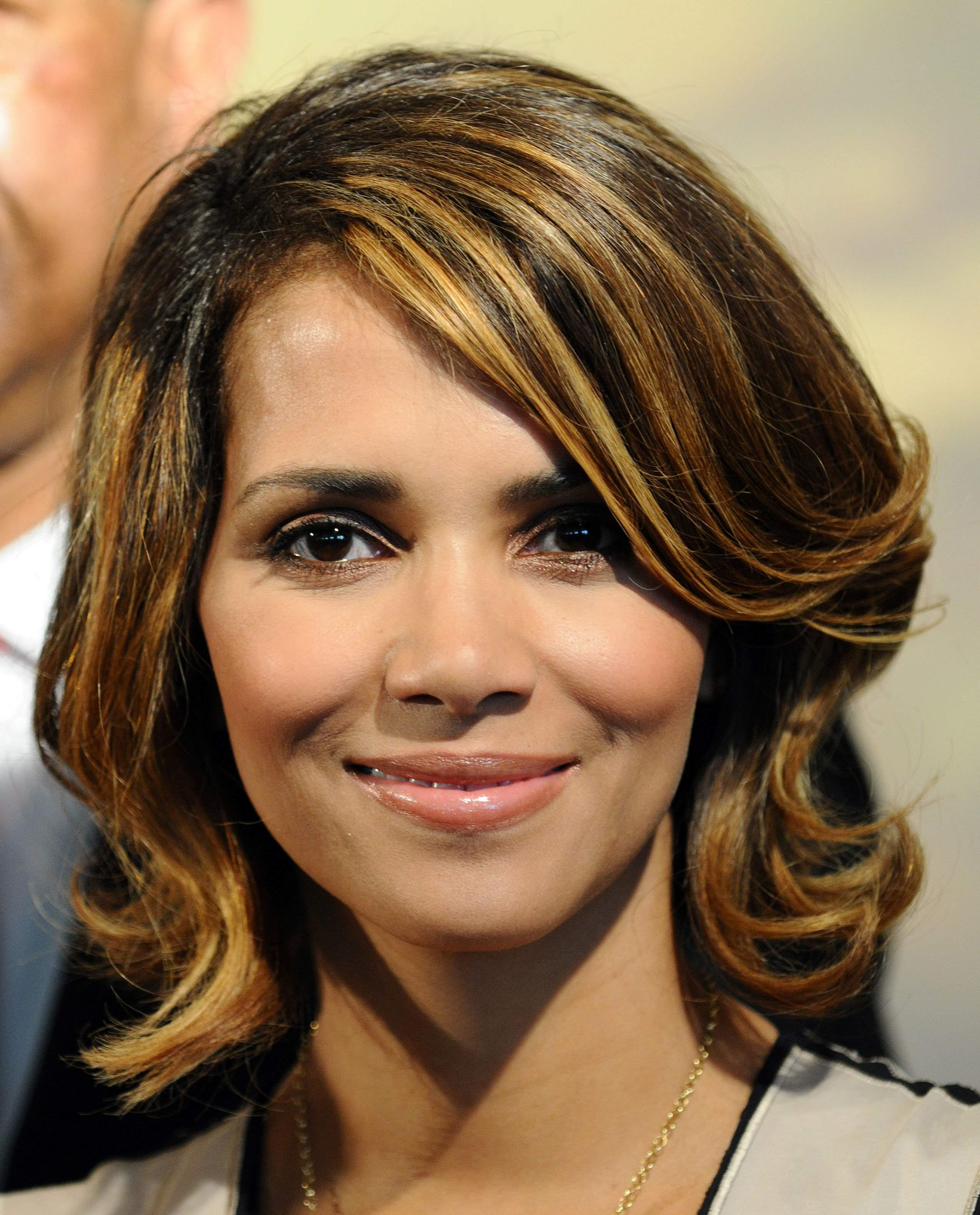 59514_Halle_Berry_2009_Jenesse_Silver_Rose_Gala_Auction_in_Beverly_Hills_49_122_980lo.jpg
