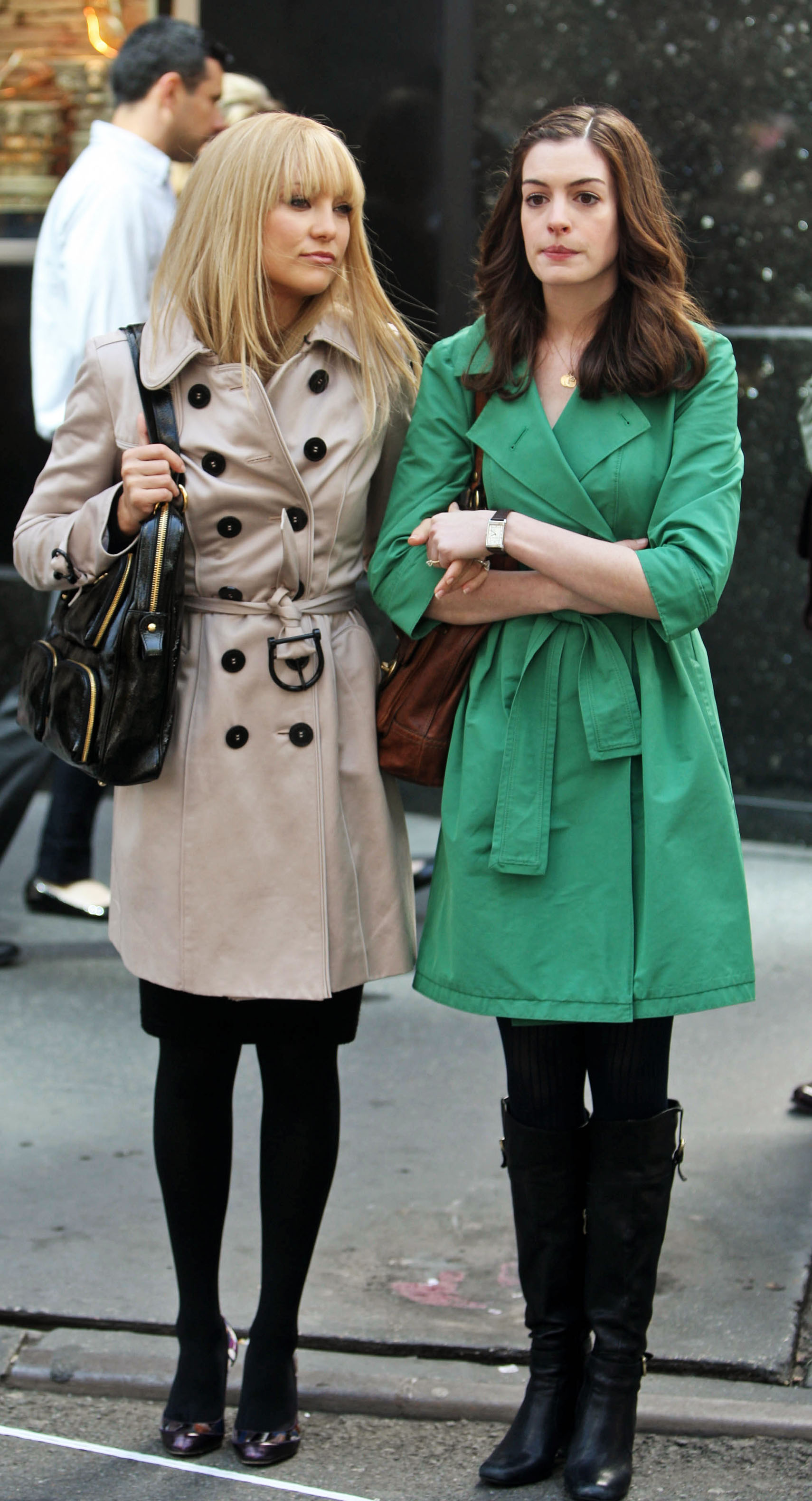 73106_celeb-city.org_Kate_Hudson_Anne_Hathaway_candid_on_the_set_of_Bride_Wars_05-28-2008_002_123_899lo.jpg