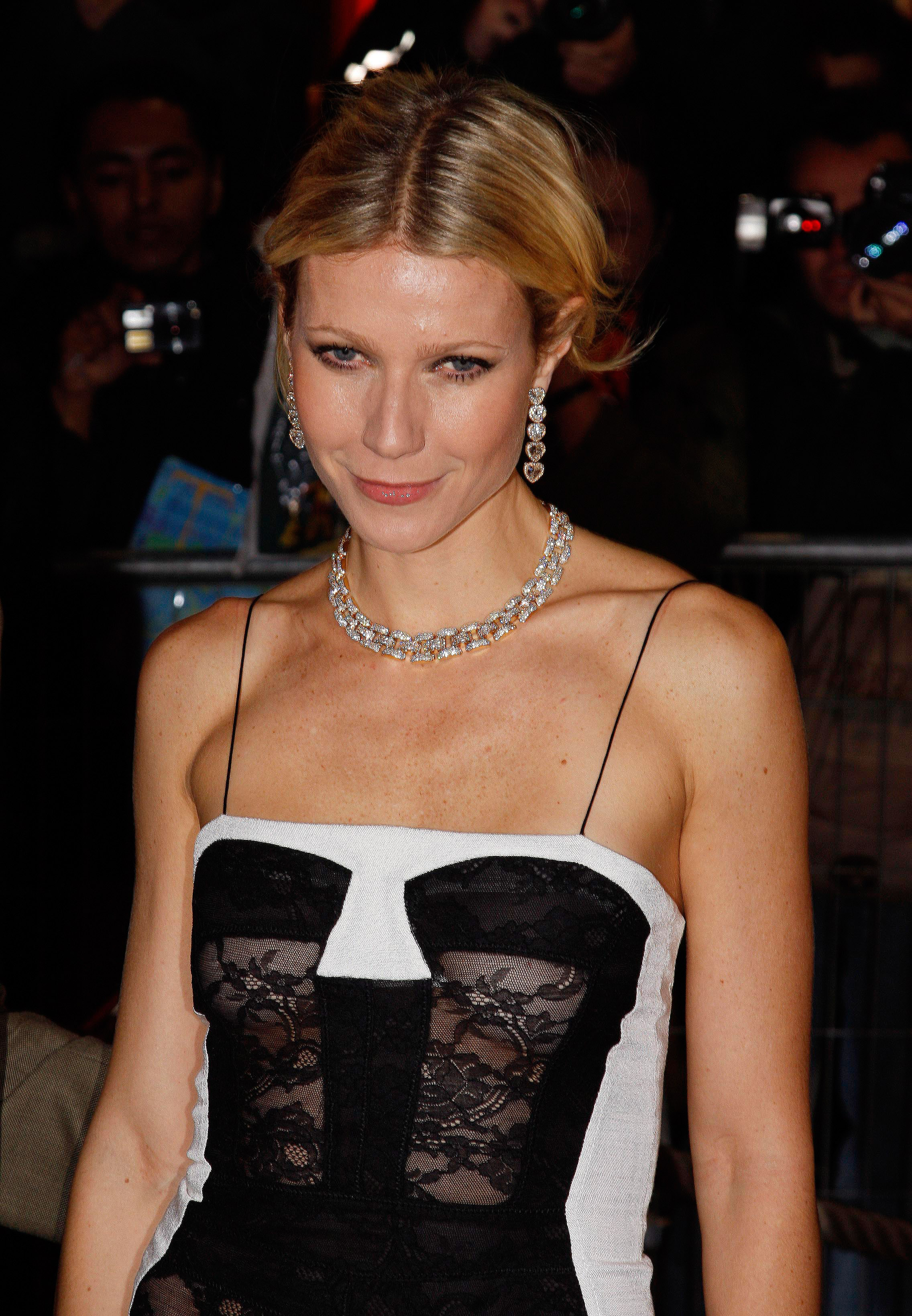 37609_Celebutopia-Gwyneth_Paltrow-Two_Lovers_French_premiere_in_Paris-08_122_636lo.jpg