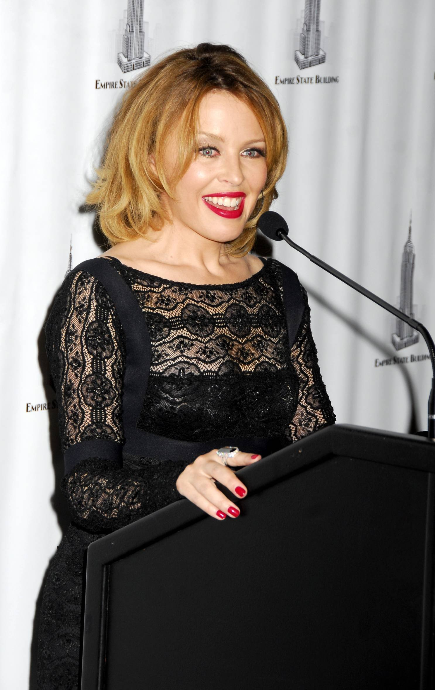 28938_Celebutopia-Kylie_Minogue_lights_The_Empire_State_Building-13_122_1067lo.jpg