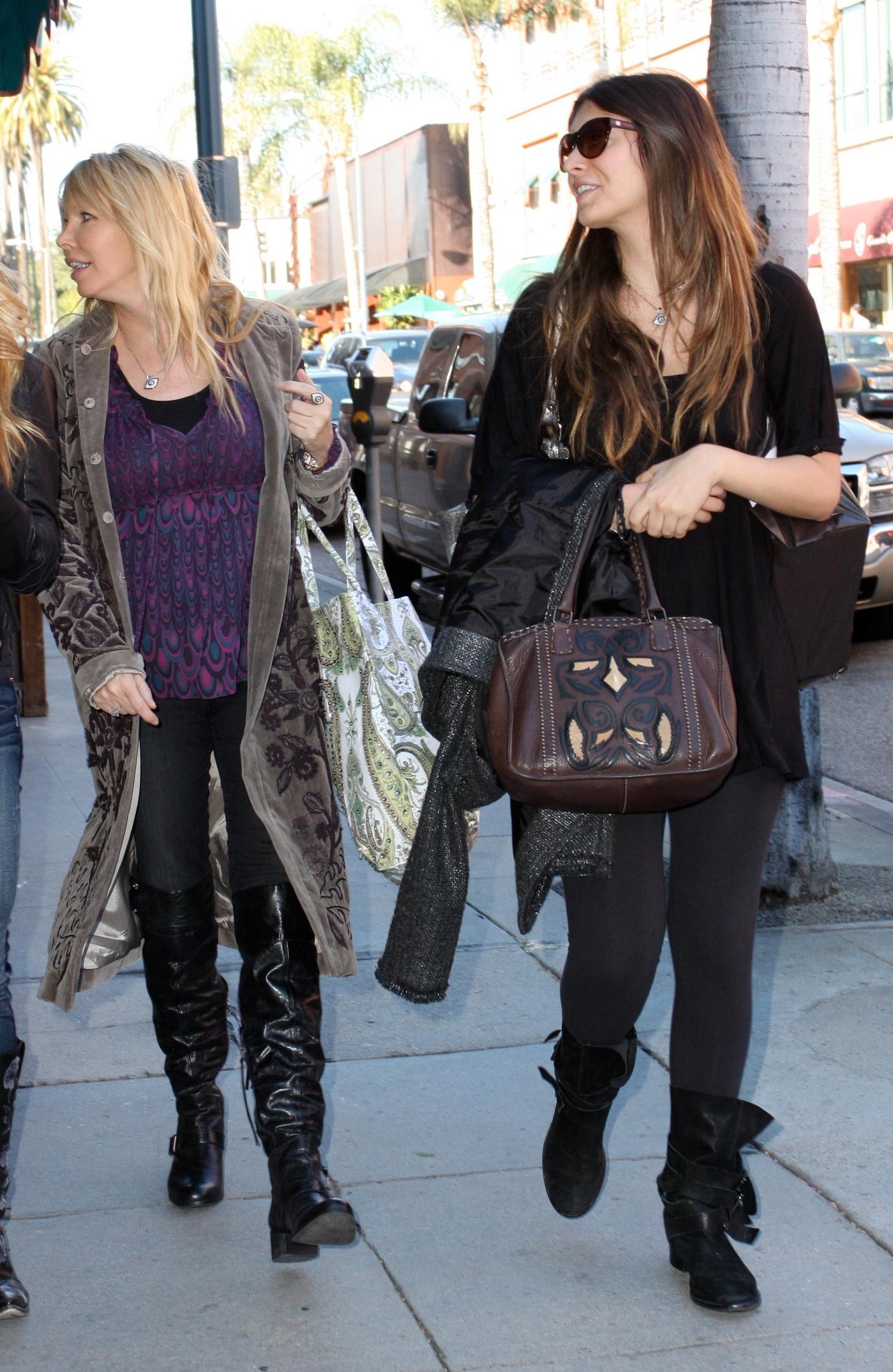 79399_celebrity-paradise.com-The_Elder-Brittny_Gastineau_2010-02-03_-_shopping_in_Beverly_Hills_852_122_167lo.jpg
