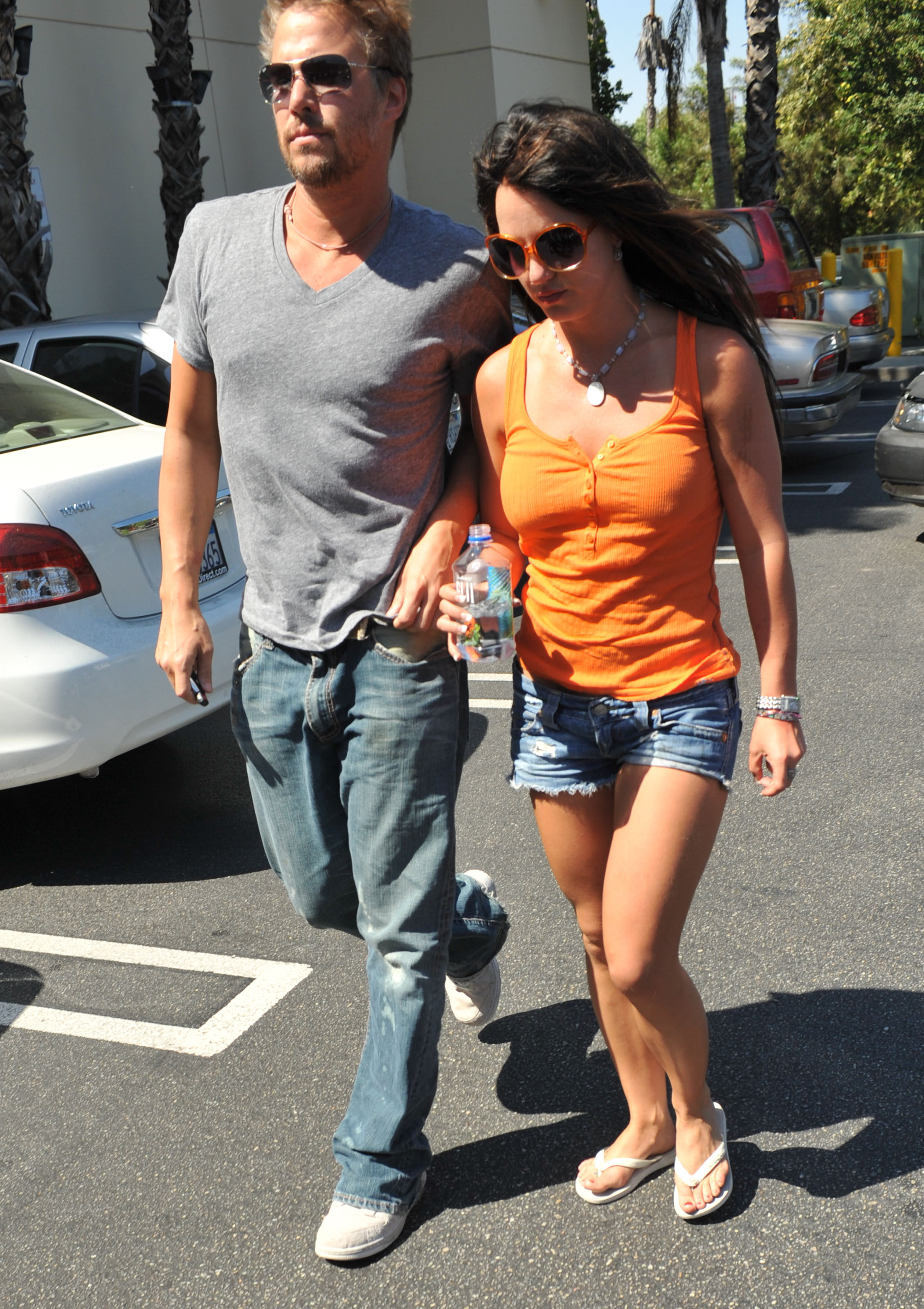 55606_celeb-city.org-The_Elder-Britney_Spears_2009-06-28_-_went_to_the_Bed_Bath_and_Beyond_0211_122_399lo.jpg
