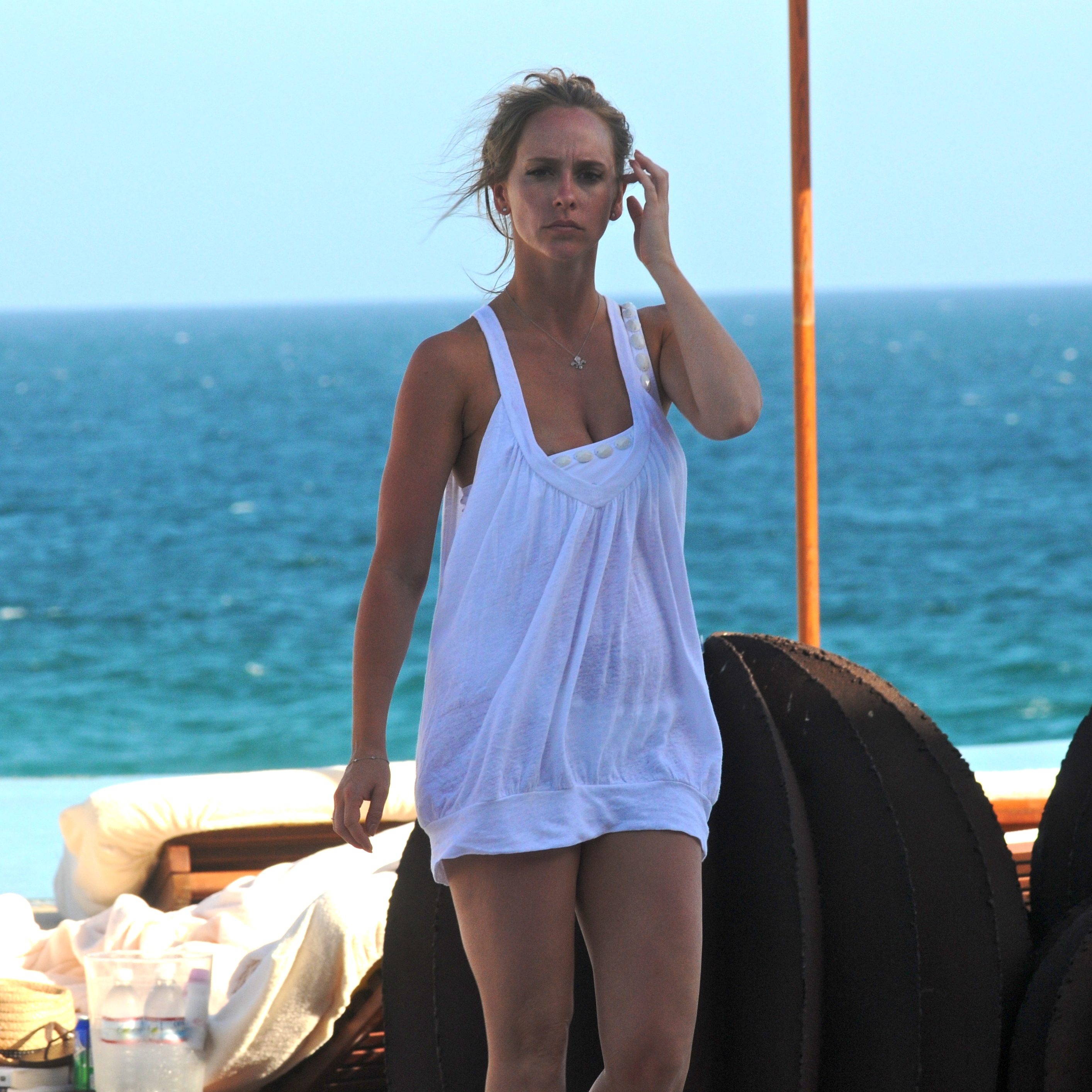 97369_Jennifer_Love_Hewitt_-_poolside_at_her_hotel_in_Mexico_-_March_24_13_122_594lo.jpg