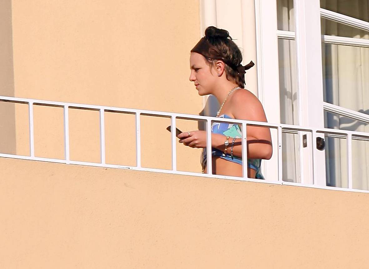 53088_celeb-city.eu_Britney_Spears_at_hotel_in_Beverly_Hills_17_123_717lo.jpg