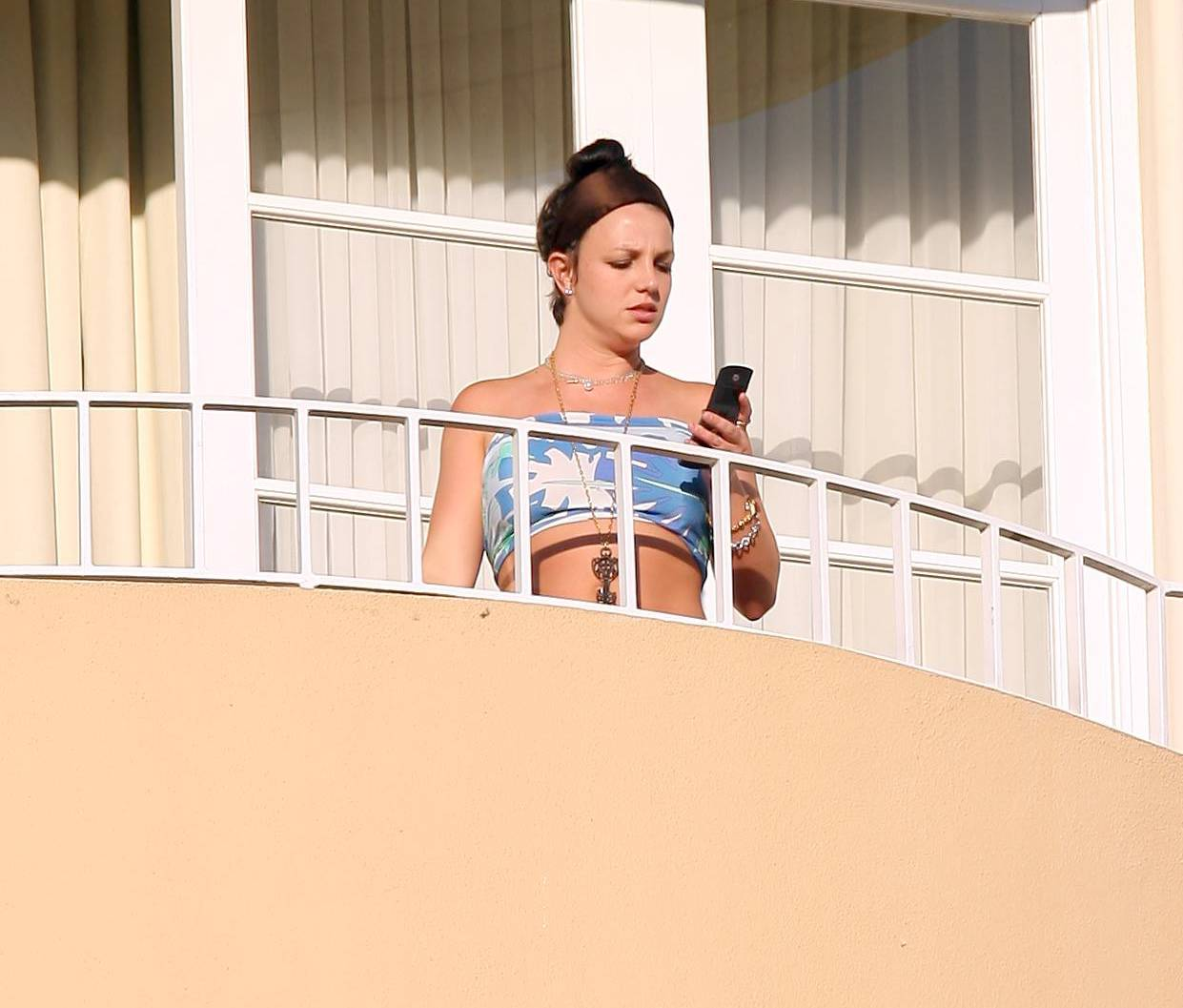53189_celeb-city.eu_Britney_Spears_at_hotel_in_Beverly_Hills_09_123_1054lo.jpg