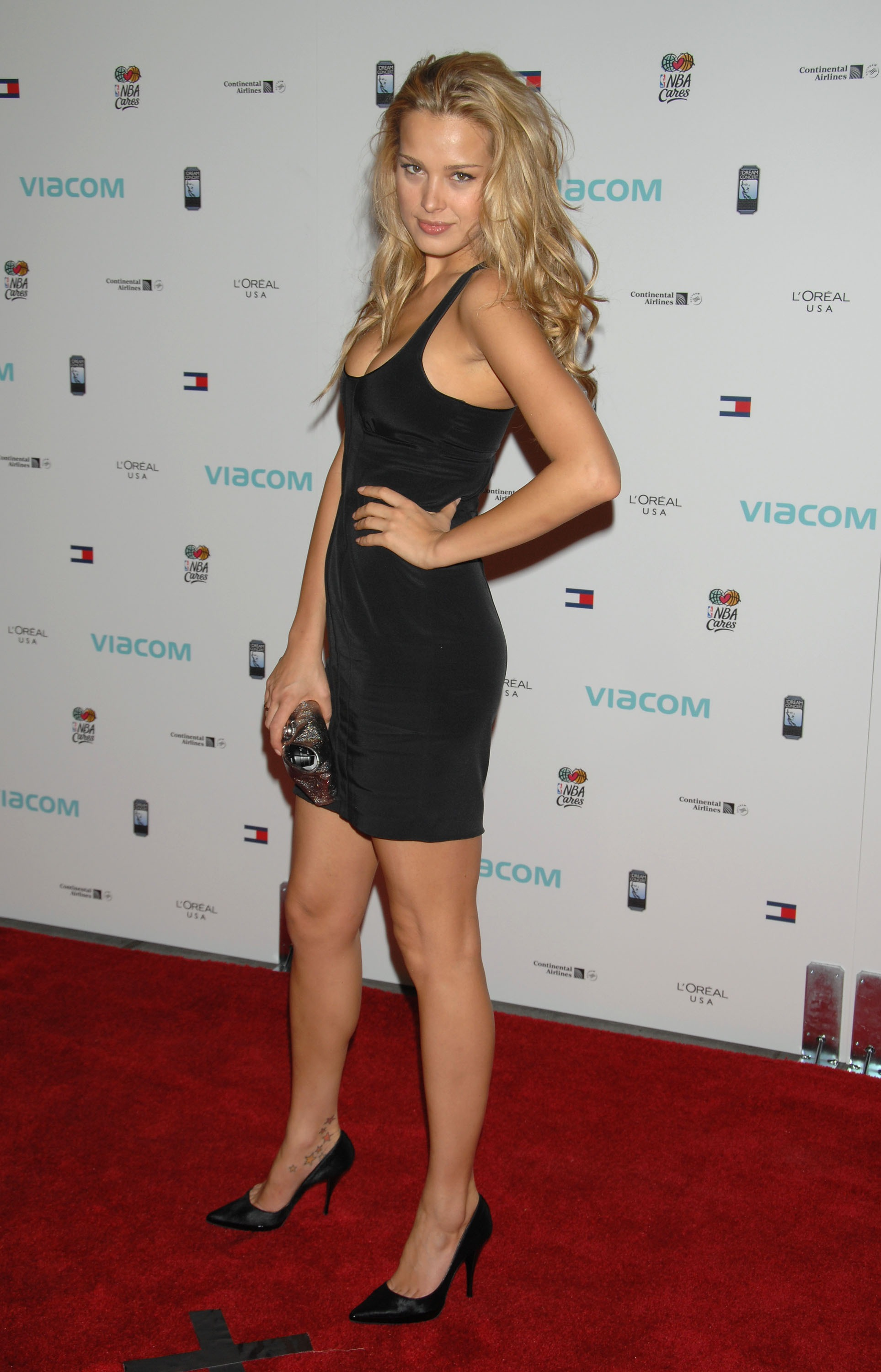 13205_celeb-city.eu_Petra_Nemcova_The_Dream_Concert_Backstage_09-18-2007_005_122_706lo.jpg