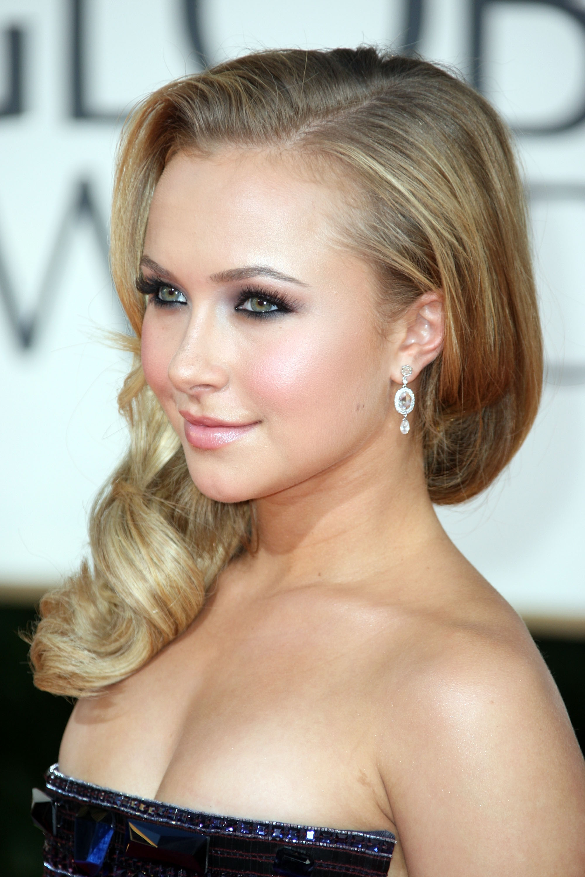 26468_Celebutopia-Hayden_Panettiere_arrives_at_the_66th_Annual_Golden_Globe_Awards-07_122_839lo.jpg