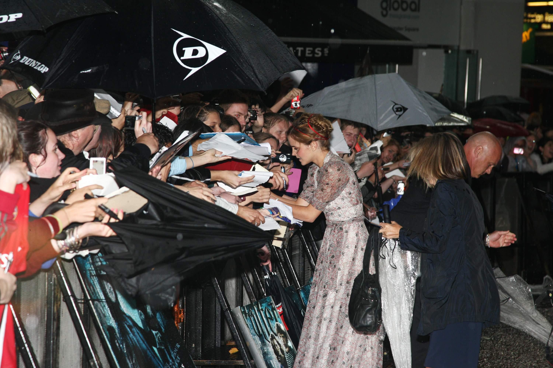 52695_Emma_Watson_HPaTHBP_premiere_in_London04093_122_141lo.jpg