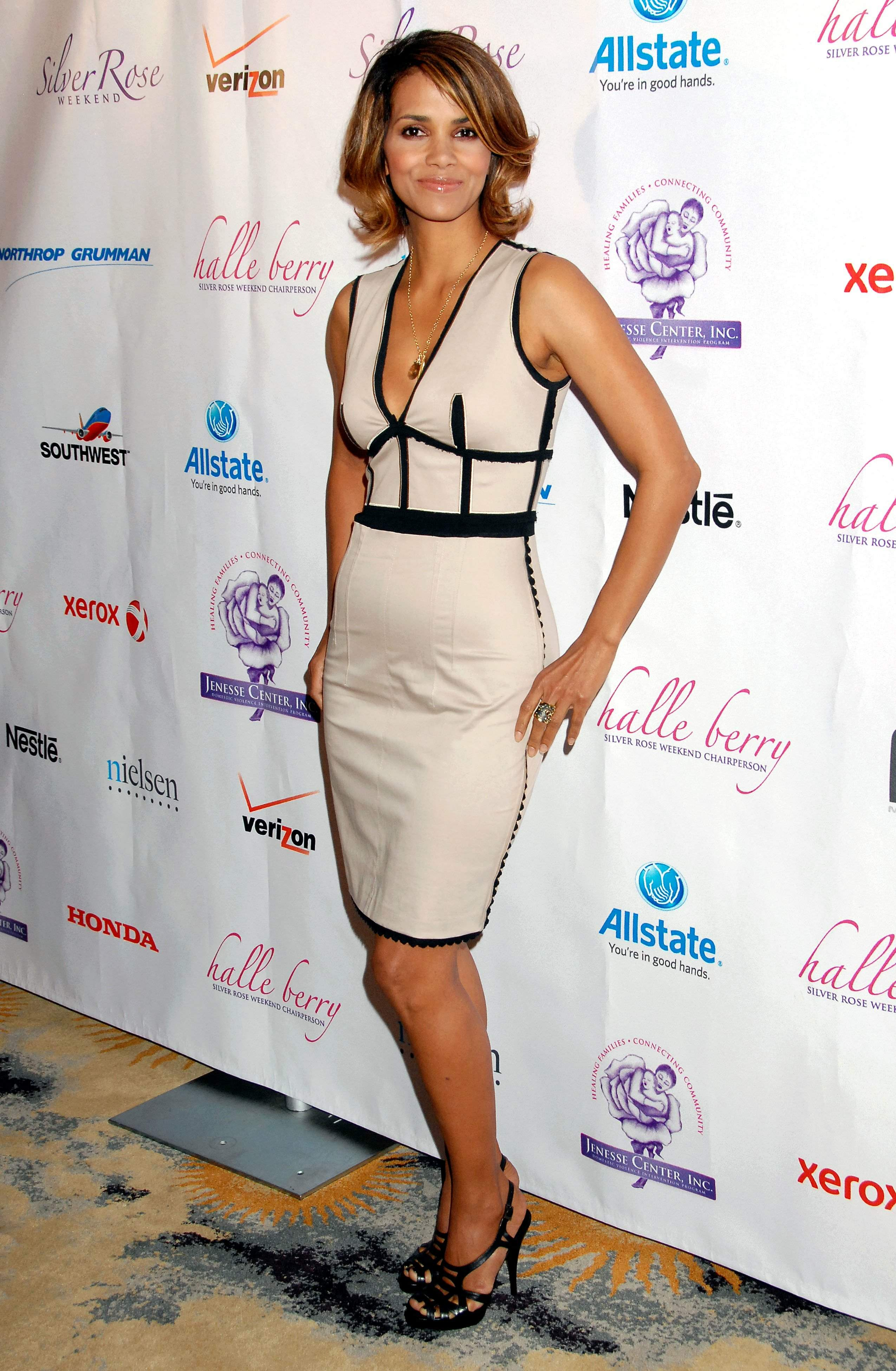 58630_Halle_Berry_2009_Jenesse_Silver_Rose_Gala_Auction_in_Beverly_Hills_23_122_206lo.jpg