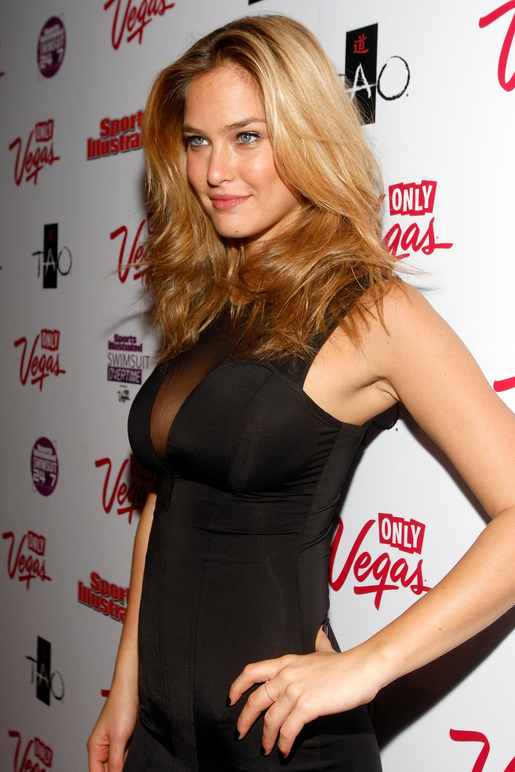 87298_Bar_Refaeli-Sports_Illustrated_Swimsuit_24.7_SI_Swimsuit_Overtime.7_SI_Swimsuit_Overtime-028653_122_582lo.jpg