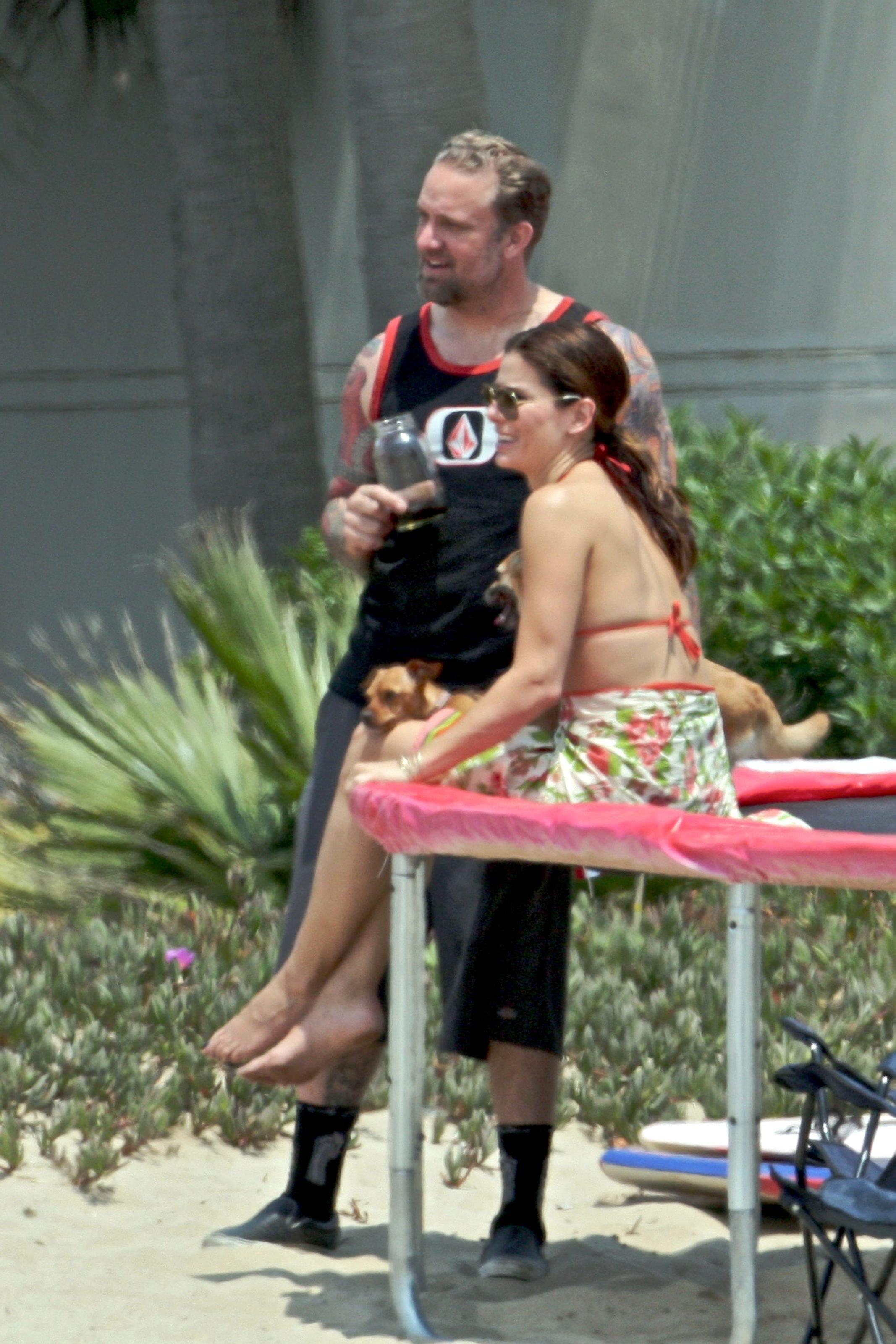 79523_Celebutopia-Sandra_Bullock_in_top_bikini_and_husband_host_an_Independence_Day_beach_party-08_122_691lo.jpg