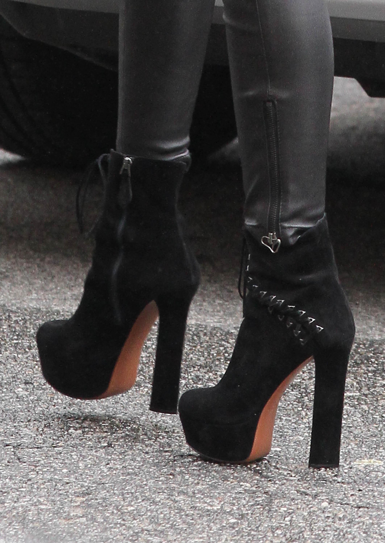 01691_Preppie_Miley_Cyrus_walks_into_rehearsals_for_VH1_Diva_Awards_2012_26_122_24lo.jpg
