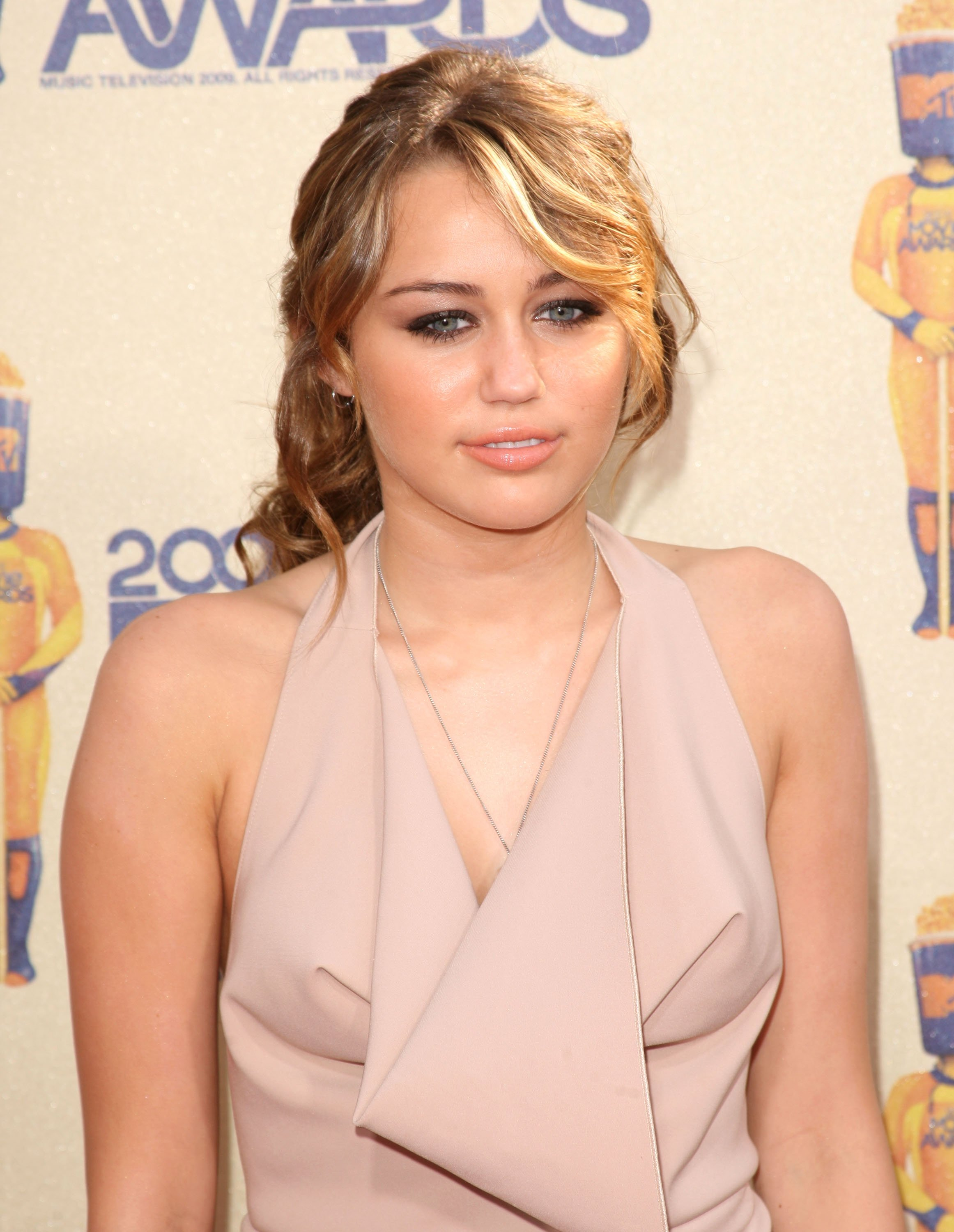 26818_Celebutopia-Miley_Cyrus_arrives_at_the_2009_MTV_Movie_Awards-21_122_1084lo.jpg