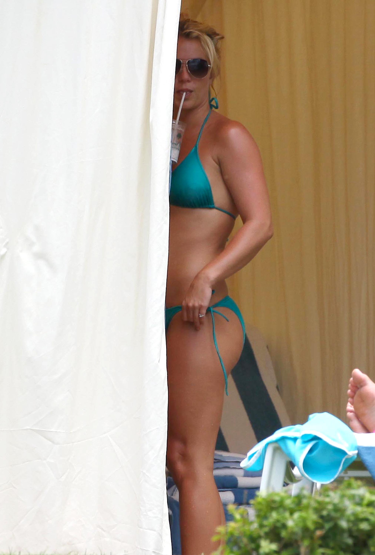 84951_Britney_Spears_Bikini_Maui_6_122_214lo.jpg
