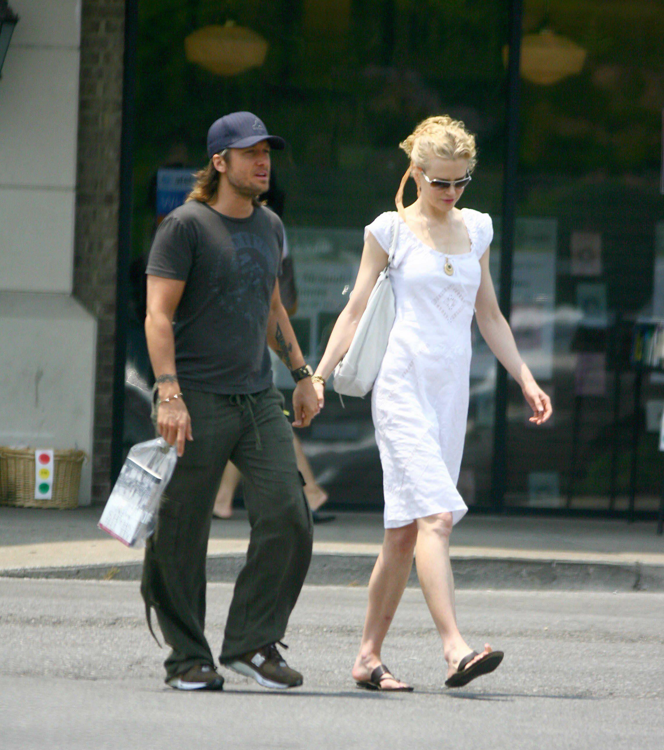 25755_Nicole_Kidman_and_Keith_Urban_buy_a_book_in_Nashville_02_447lo.jpg