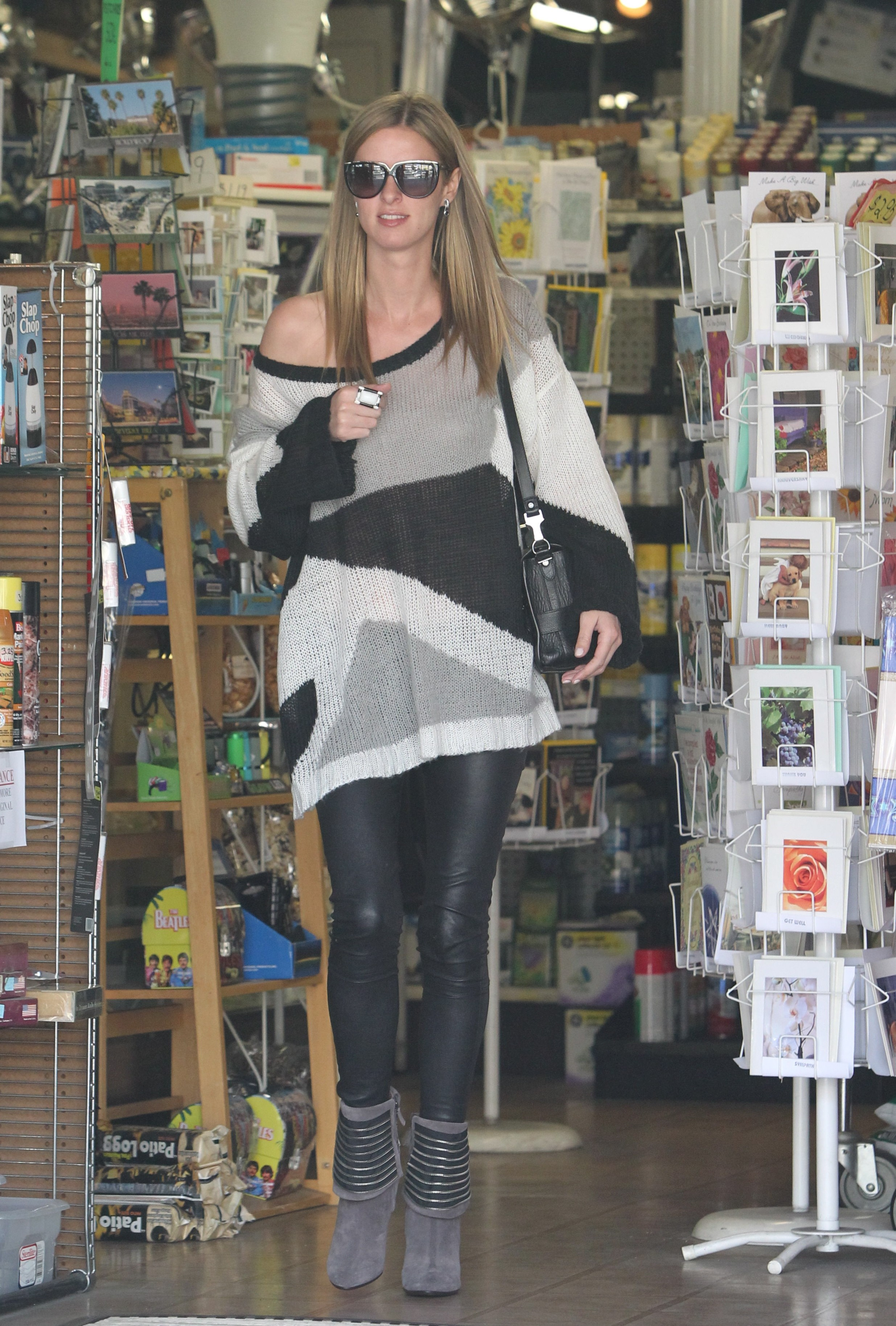 04858_celebrity_paradise.com_TheElder_NickyHilton2012_03_14_shoppinginBeverlyHills4_122_596lo.jpg