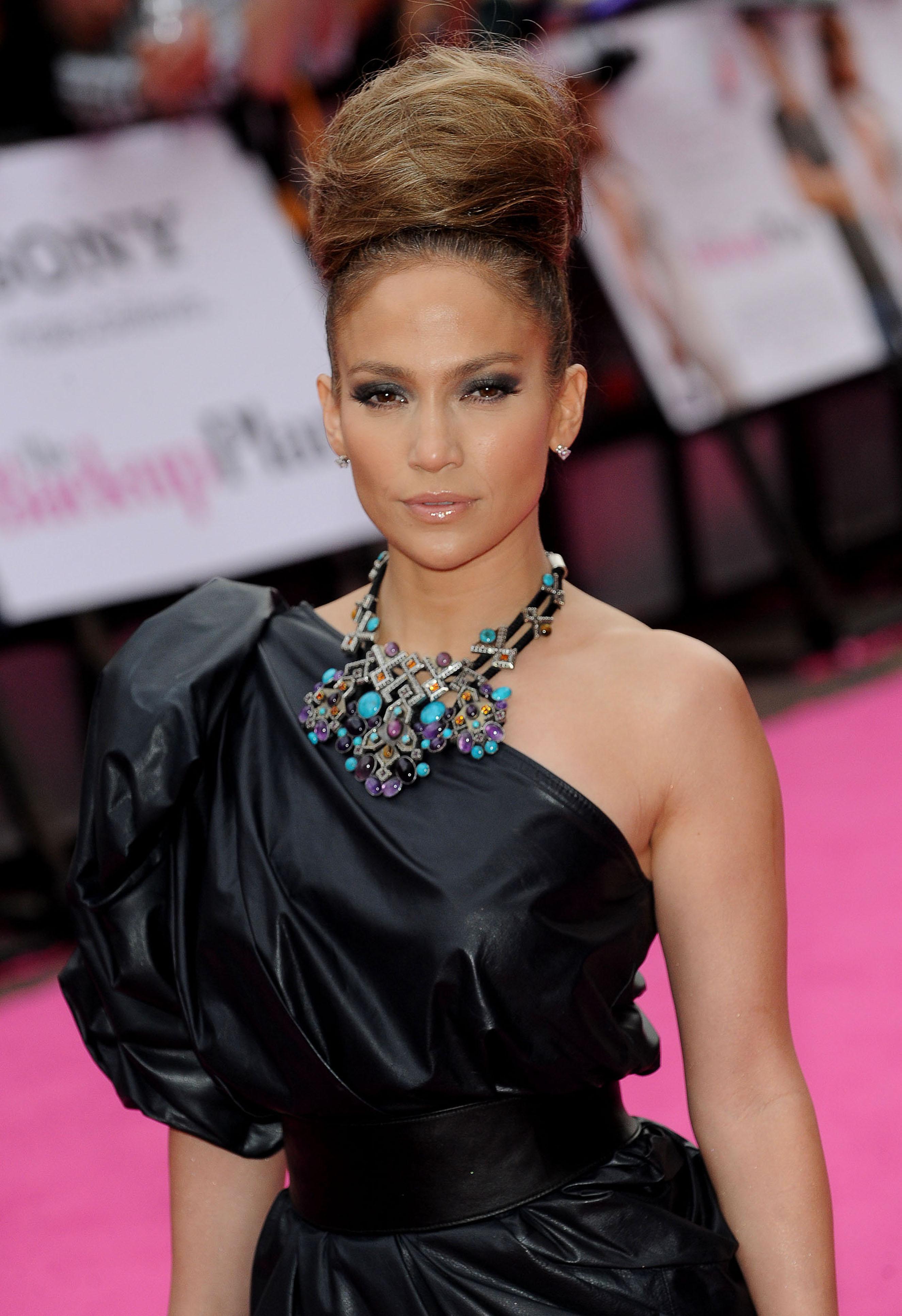 50733_celebrity_paradise.com_TheElder_JenniferLopez2010_04_28_TheBack_UpPlanUKPremiere53_122_259lo.jpg