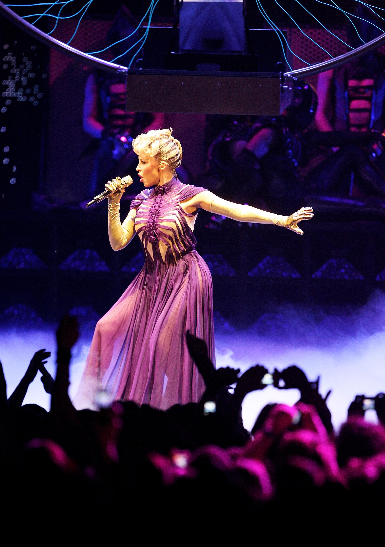 15132_Kylie_Minogue_KylieX2008_Performance_050608_001_122_686lo.jpg