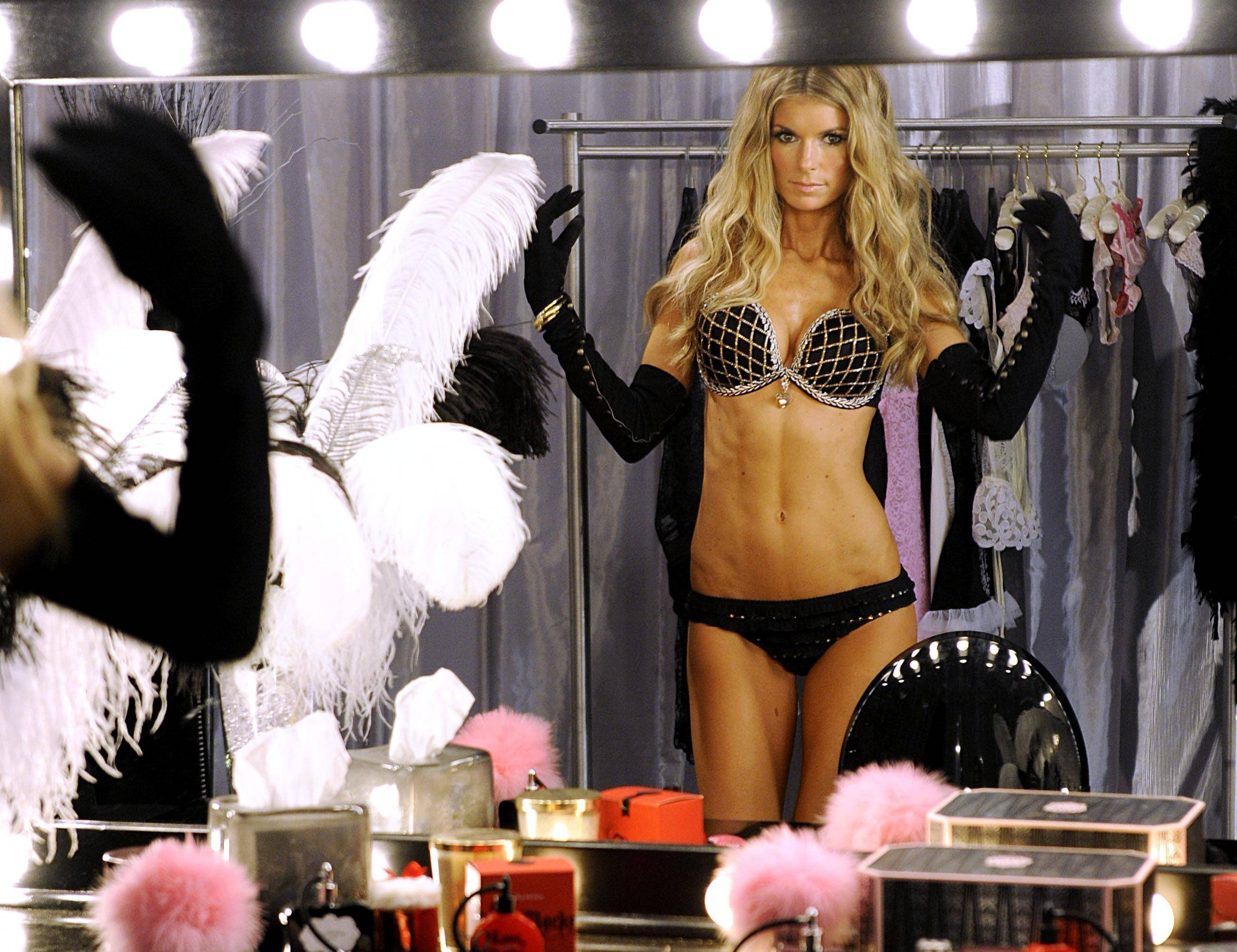 72642_marisa_miller_victorias_secret_fashion_Show_backstage-7_122_836lo.jpg