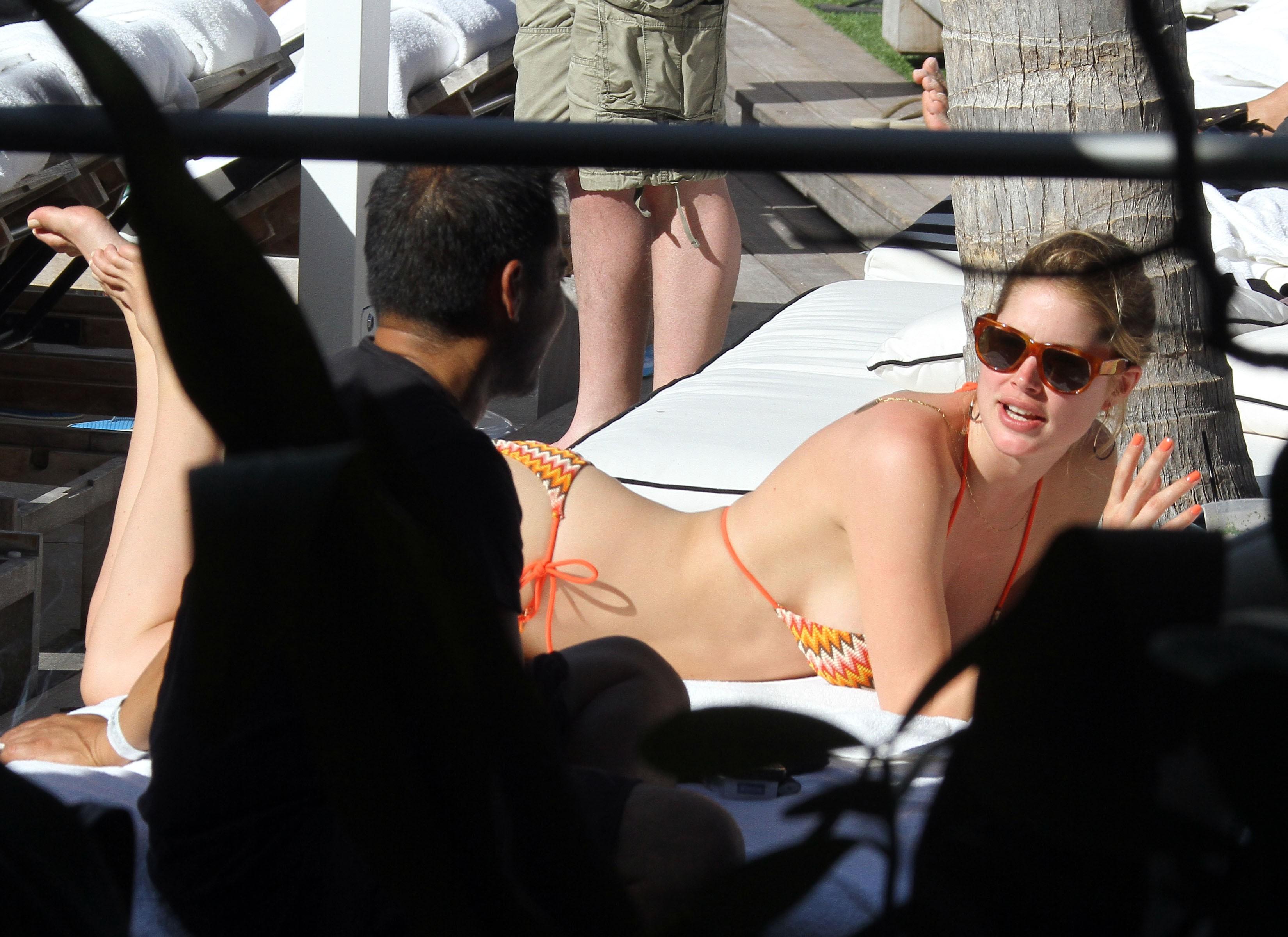 075454784_Celebutopia_NET.Doutzen_Kroes_relaxing_in_Miami_Beach.03_24_2011.HQ.5_122_160lo.jpg