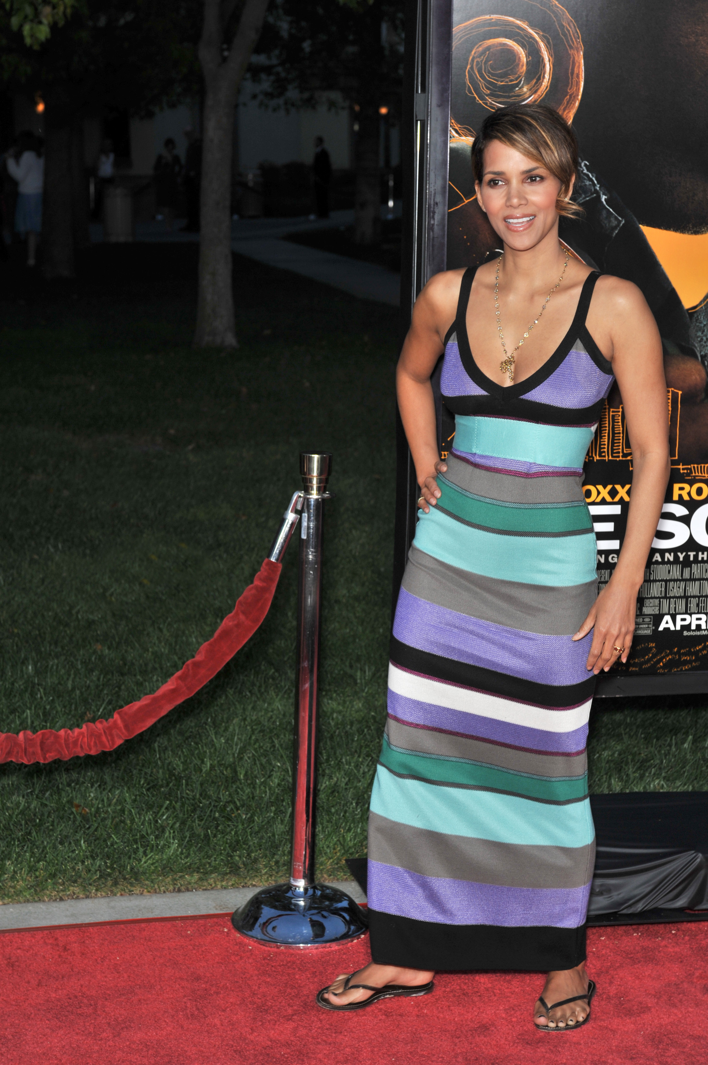 68422_Halle_Berry_The_Soloist_premiere_in_Los_Angeles_40_122_363lo.jpg
