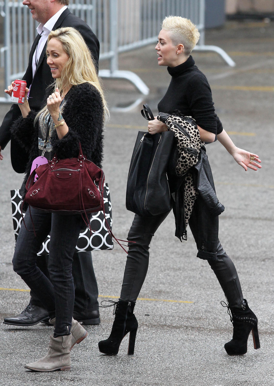 99727_Preppie_Miley_Cyrus_walks_into_rehearsals_for_VH1_Diva_Awards_2012_22_122_442lo.jpg