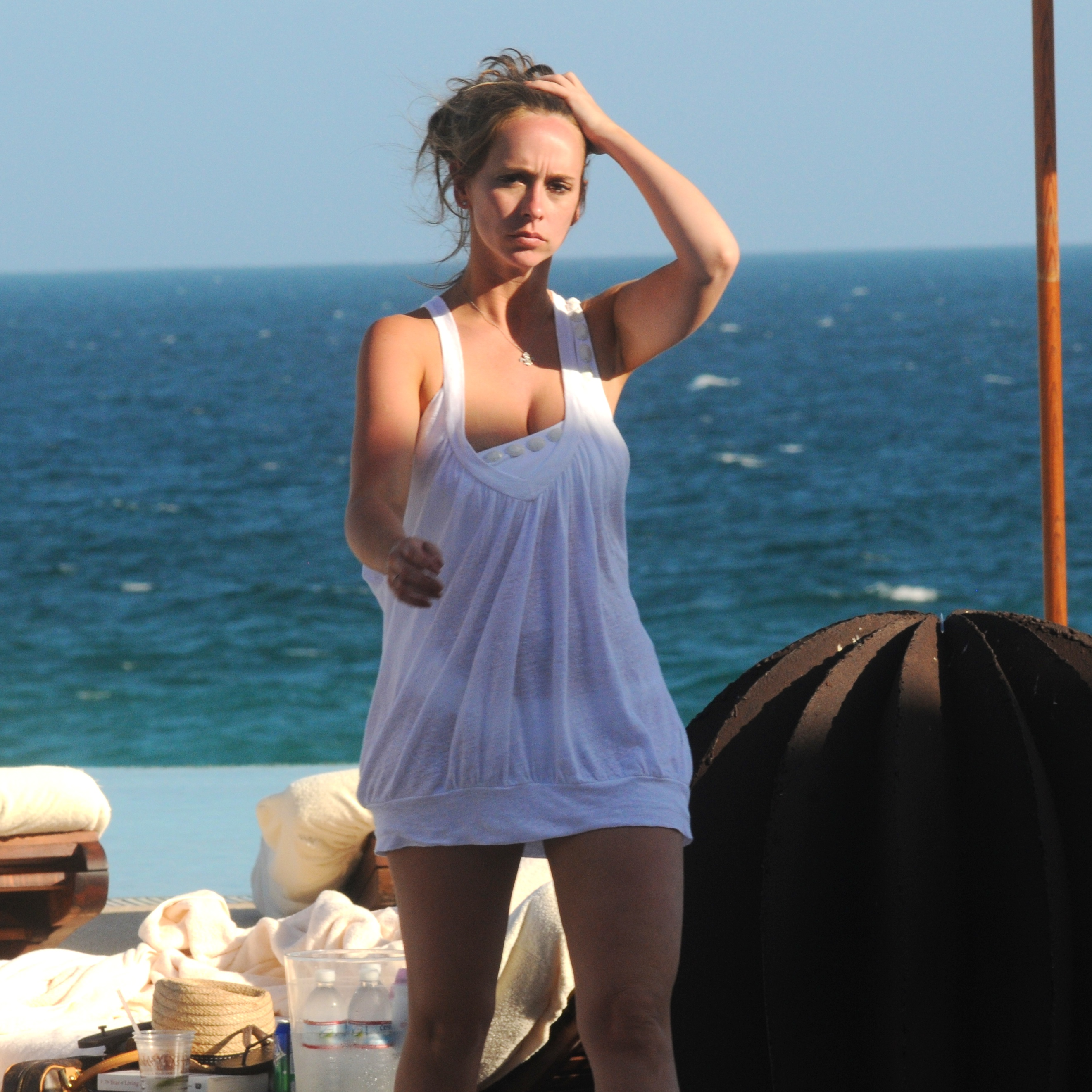 97245_Jennifer_Love_Hewitt_-_poolside_at_her_hotel_in_Mexico_-_March_24_02_122_200lo.jpg