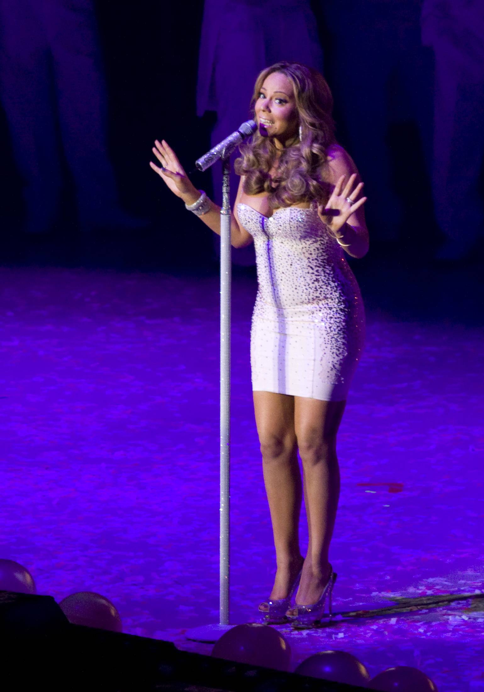 53455_Mariah_Carey_performs_at_Madison_Square_Garden_in_New_York_City-22_122_247lo.jpg