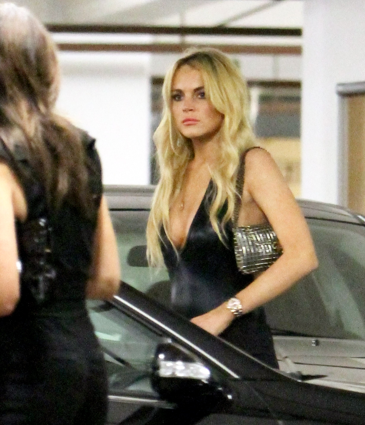 84291_CFF_Lindsay_Lohan_in_the_parking_garage_of_The_Mondrian_hotel_5_122_438lo.jpg
