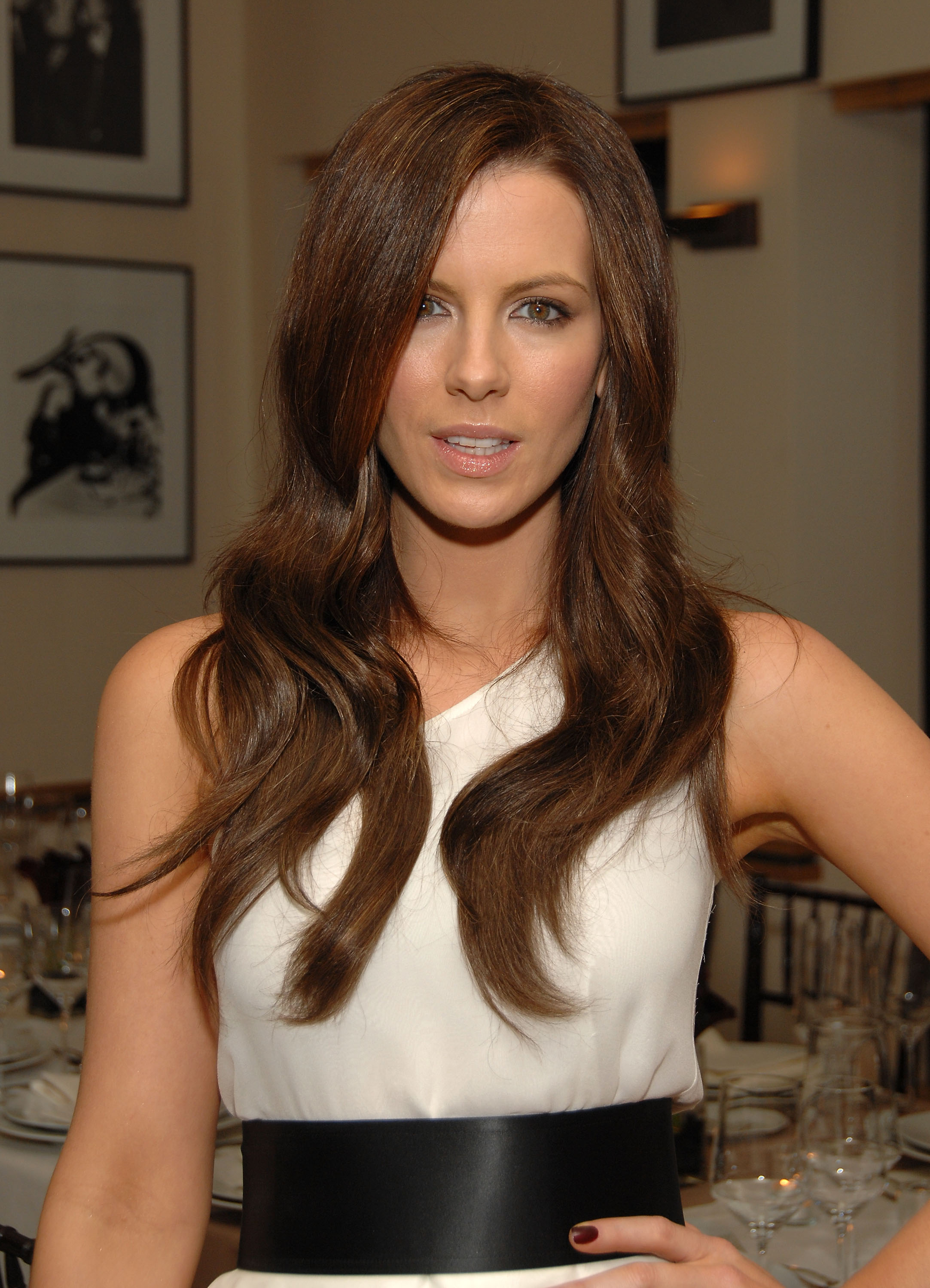 91501_Celebutopia-Kate_Beckinsale-R6Y_Augousti_and_Barneys_dinner_for_Nothing_But_The_Truth-03_122_771lo.jpg