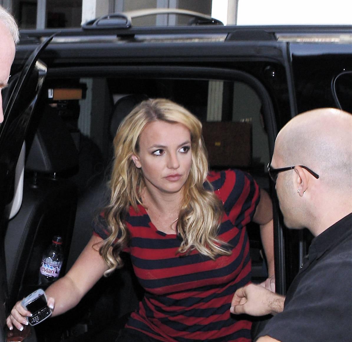 06760_Celebutopia-Britney_Spears_shopping_in_Soho-06_122_807lo.jpg