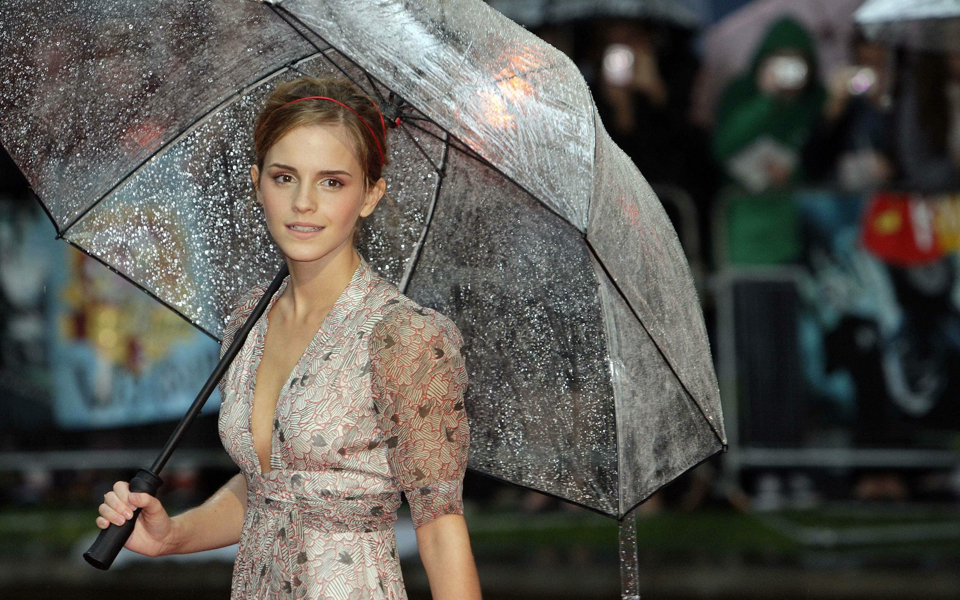 53438_Emma_Watson_HPaTHBP_premiere_in_London04120_122_246lo.jpg