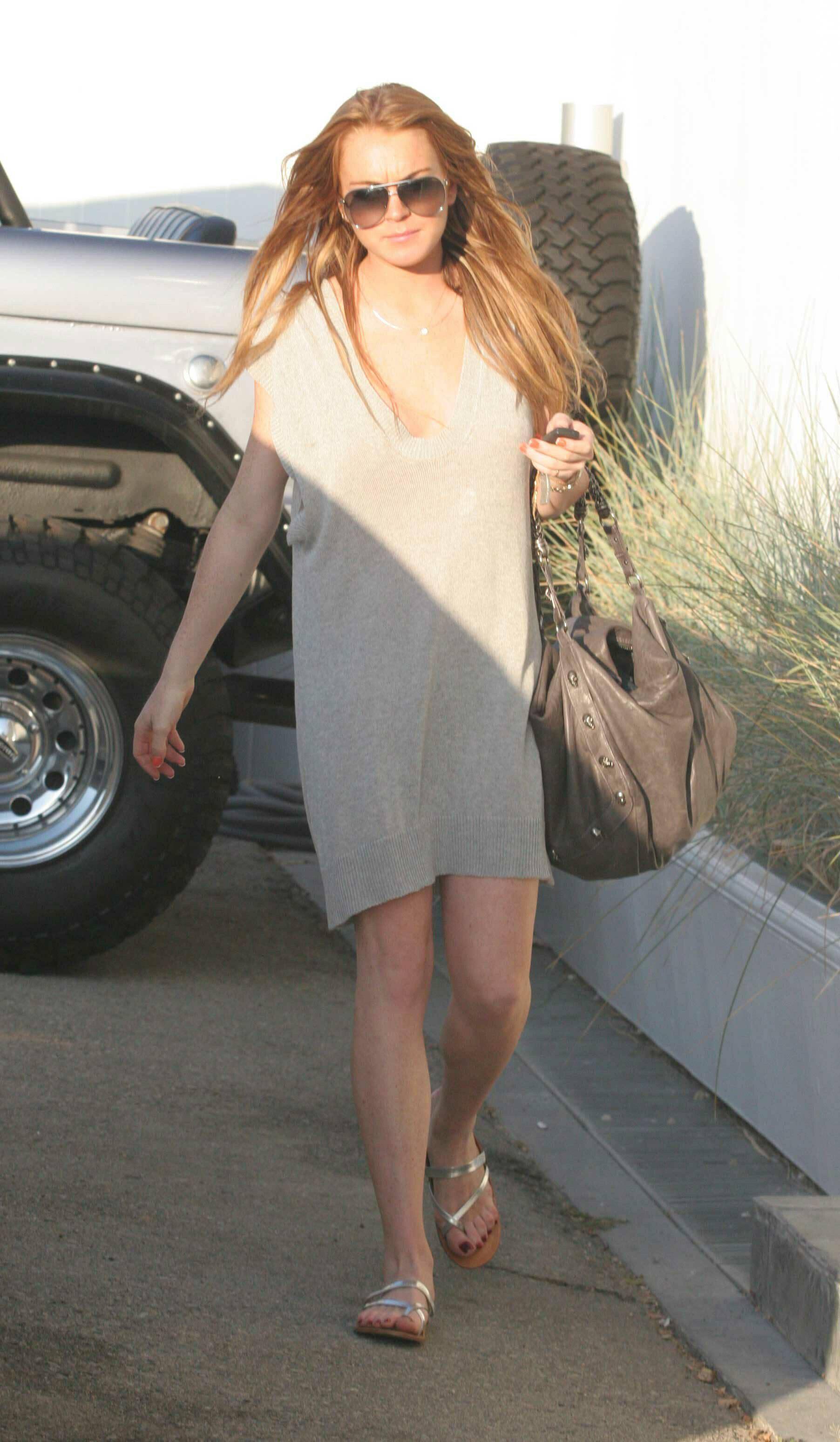99975_3564925_Lindsay_Lohan_flashes_a_bit_too_much_skin_while_ou3564925_Lindsay_Lohan_flashes_a_bi_122_399lo.jpg