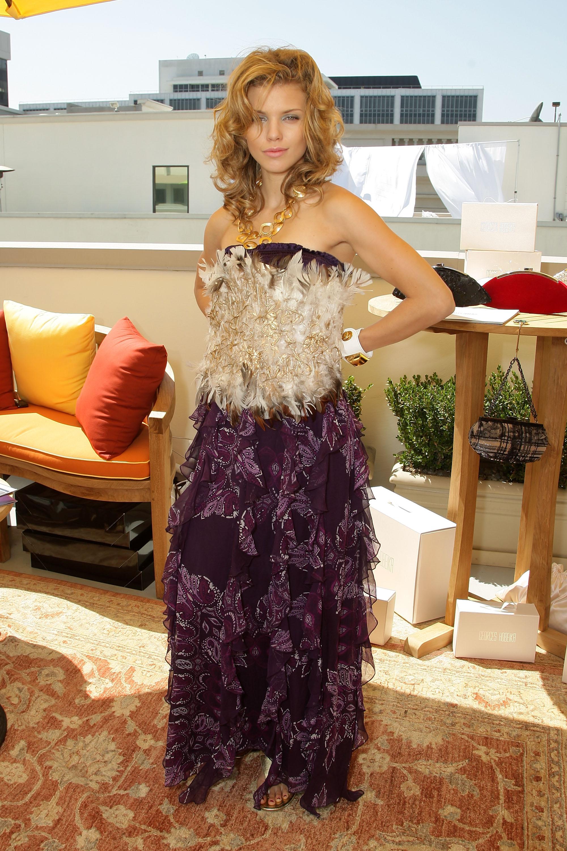 92034_Celebutopia-AnnaLynne_McCord-2008_Pre-Emmys_DPA_Gifting_Lounge_Day_3-08_122_880lo.jpg