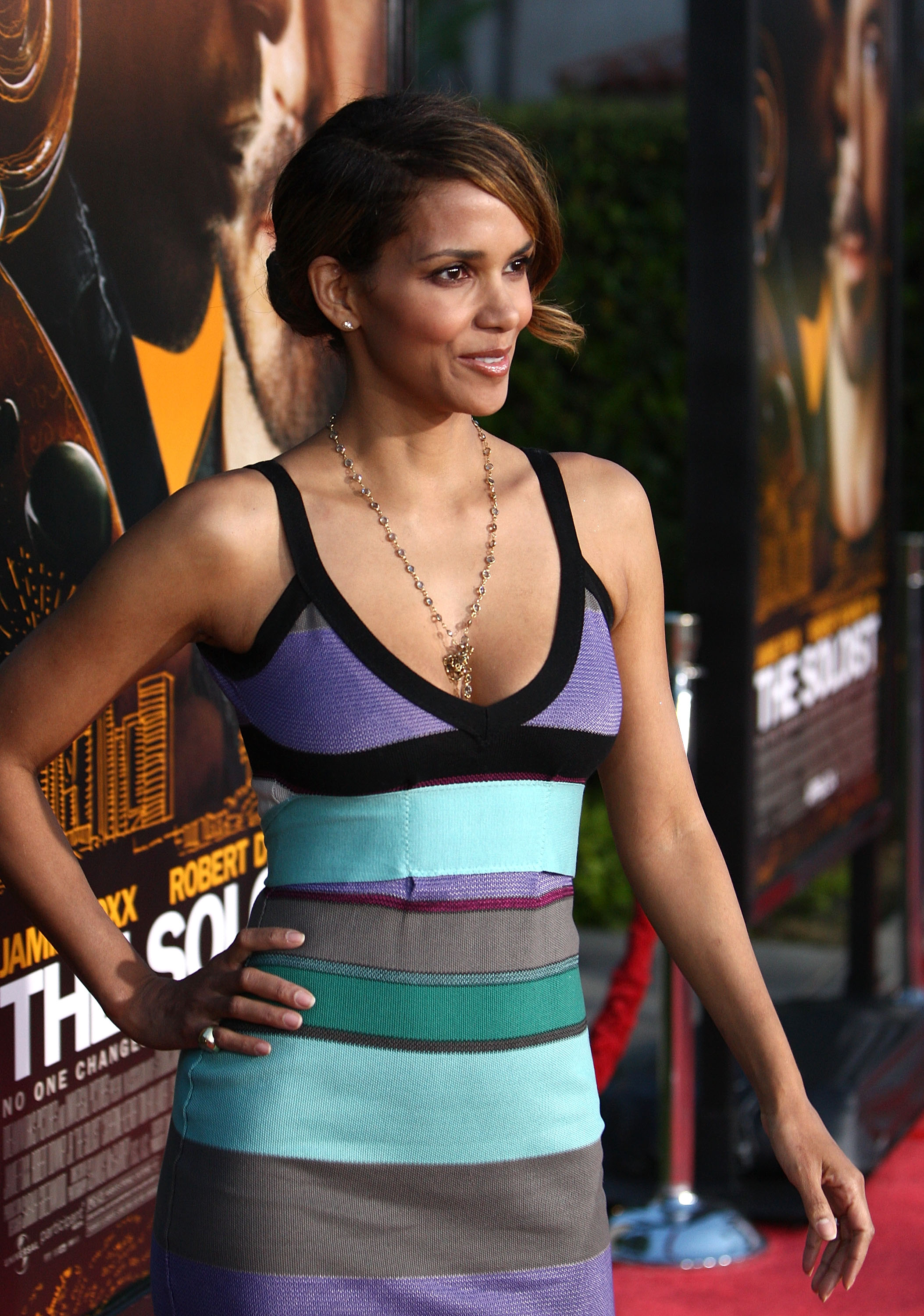 63851_Halle_Berry_The_Soloist_premiere_in_Los_Angeles_09_122_339lo.jpg